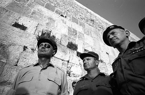 موشيه ديان عند حائط البراق بالاقصى خلال حرب 67