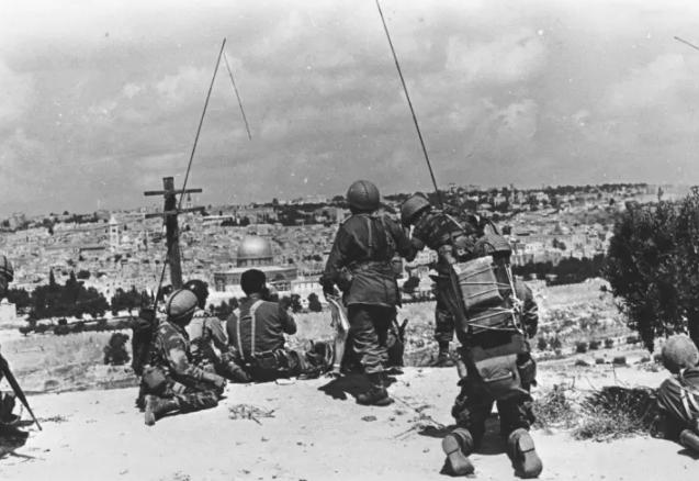 جنود الاحتلال امام باحة الاقصى عقب حرب 67
