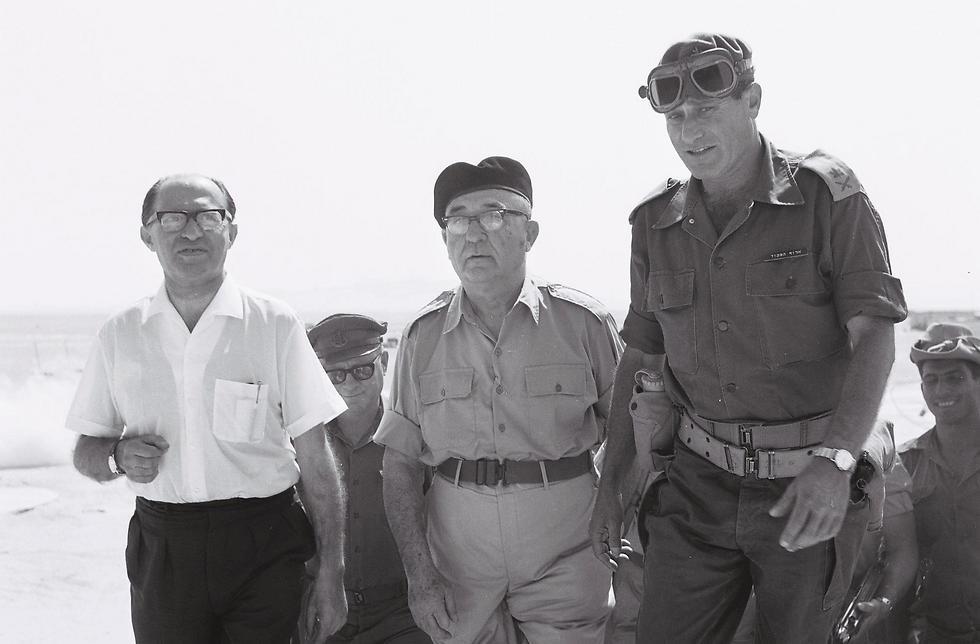 مناحيم بيجين وليفى اشكول خلال حرب 67