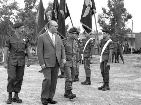ليفى اشكول خلال زيارته لاحد قواعد الجيش الاسرائيلى
