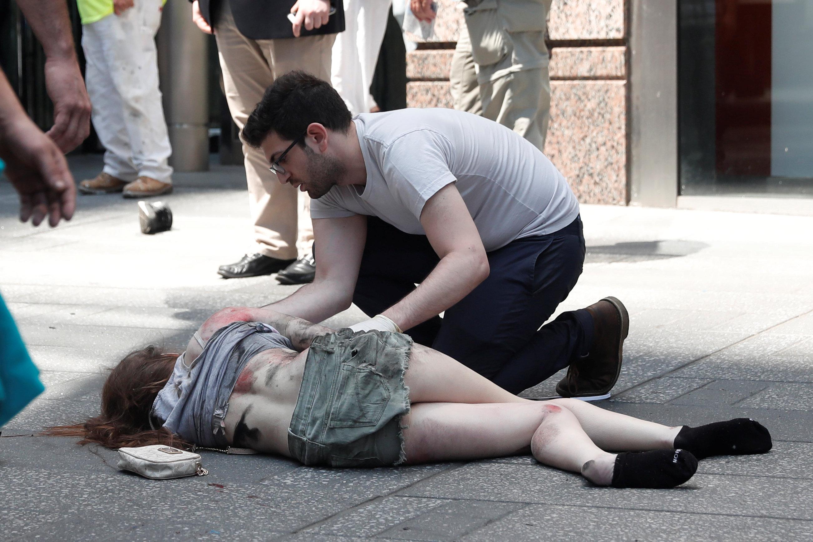 اسعاف أحدى المصابات فى حادث دهس نيويورك