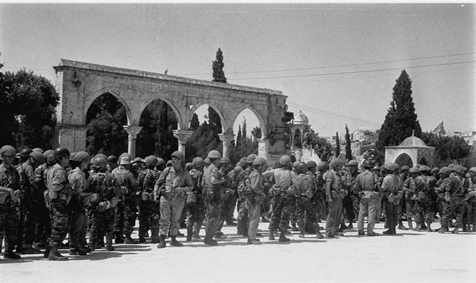 جيش الاحتلال امام مسجد قبة الصخرة خلال حرب 67
