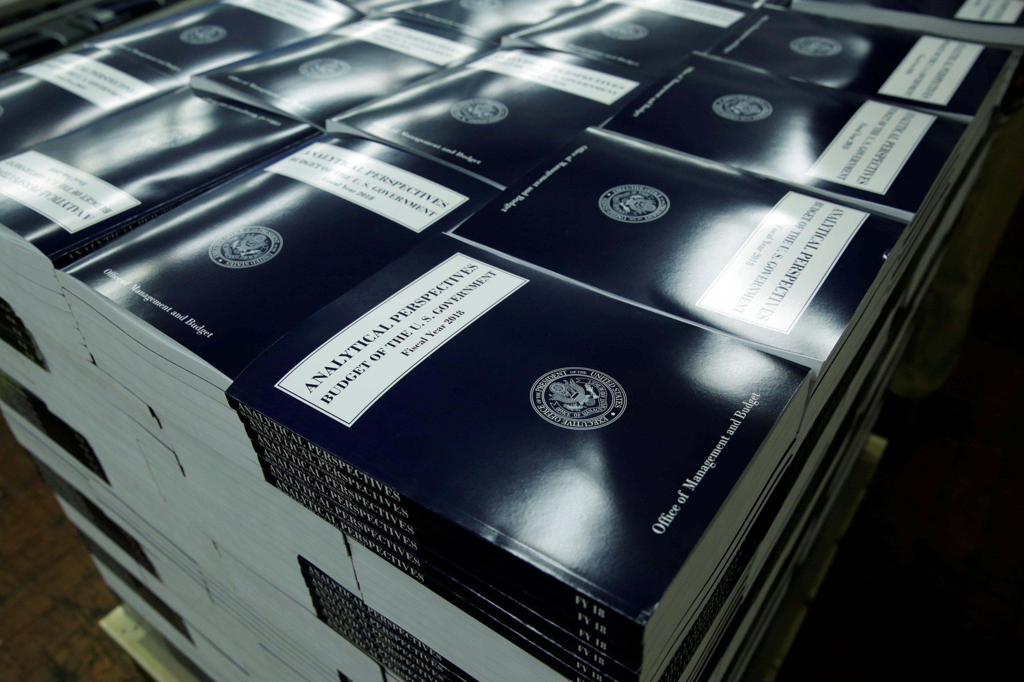 كتاب الميزانية المالية لترامب 2018 بعد الطباعة