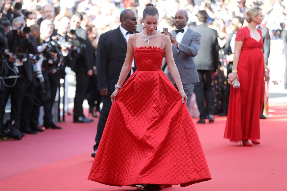 بيلا حديد ساحرة على السجادة الحمراء بمهرجان كان (8)