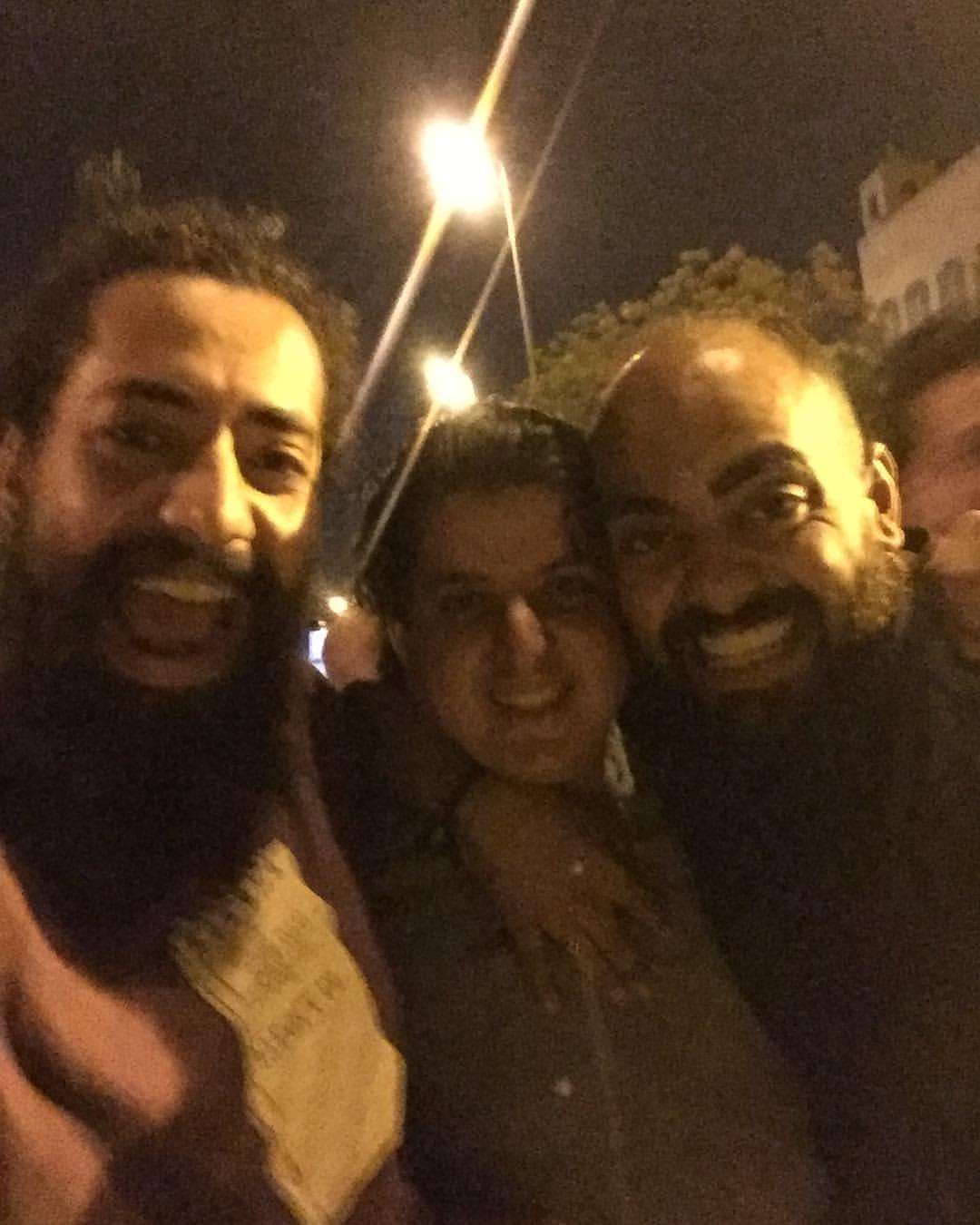 عمر مالك مع اصدقائه