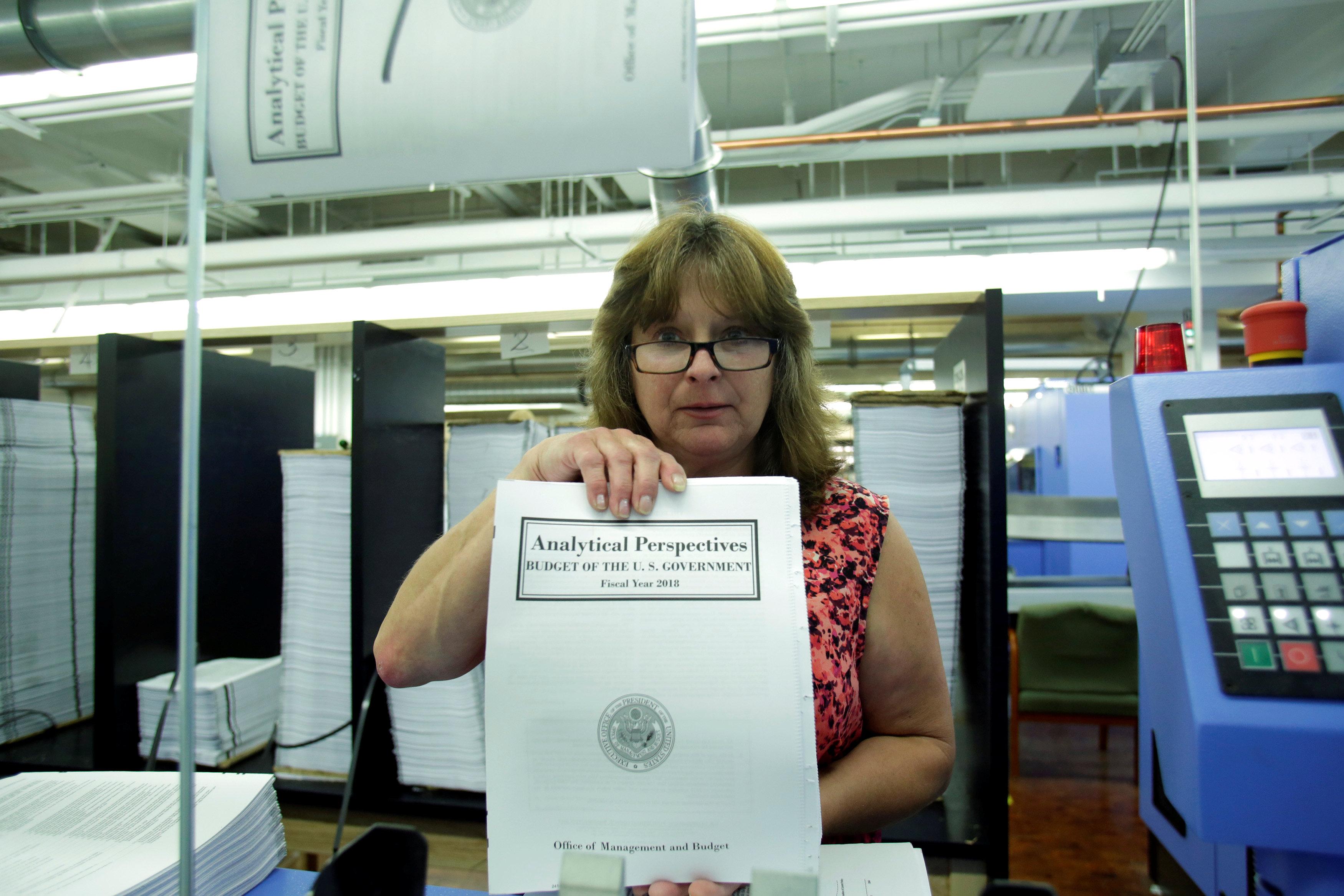 إحدى موظفات دار النشر الحكومية