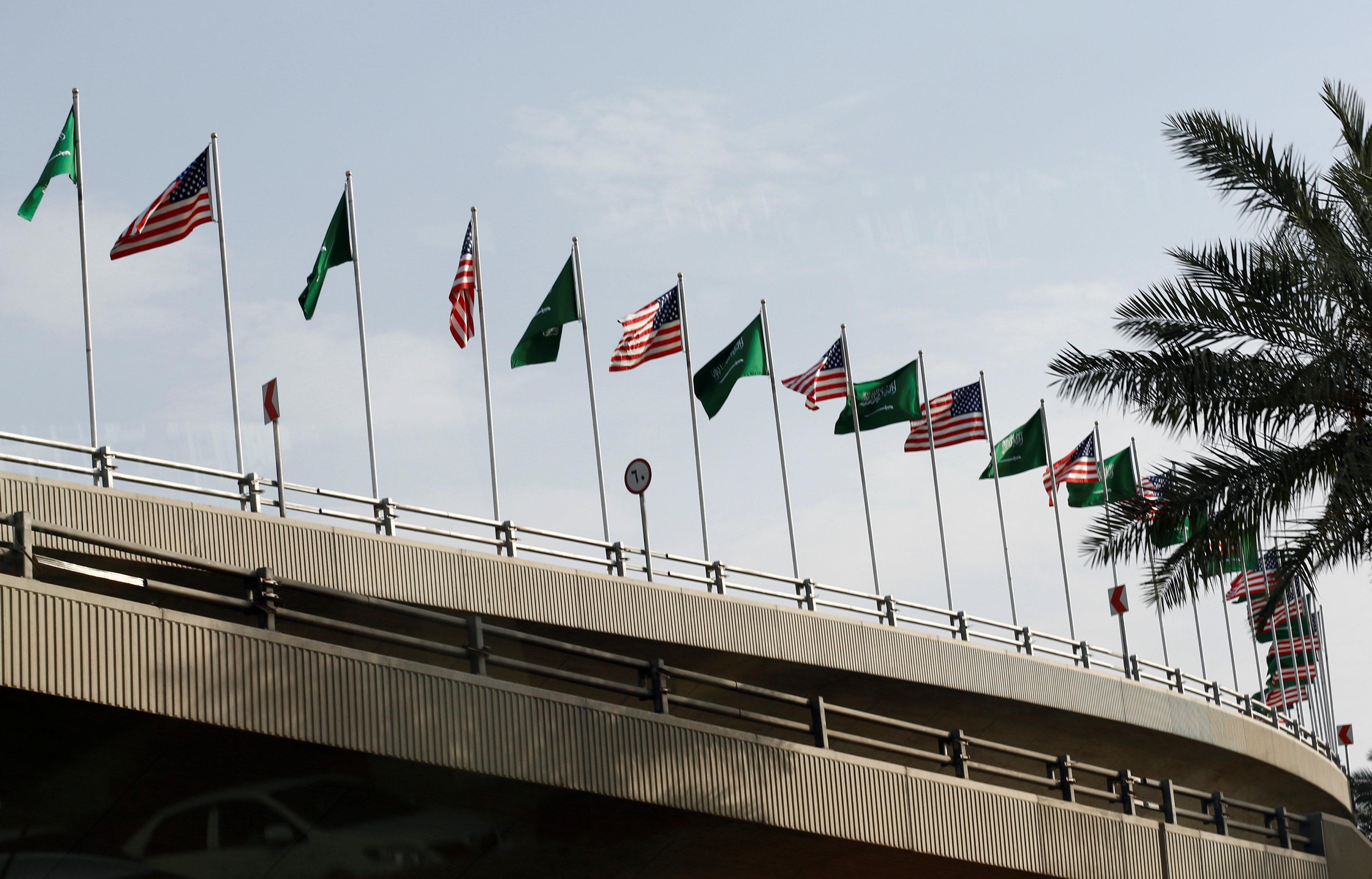 الأعلام السعودية الأمريكية على طريق مكة