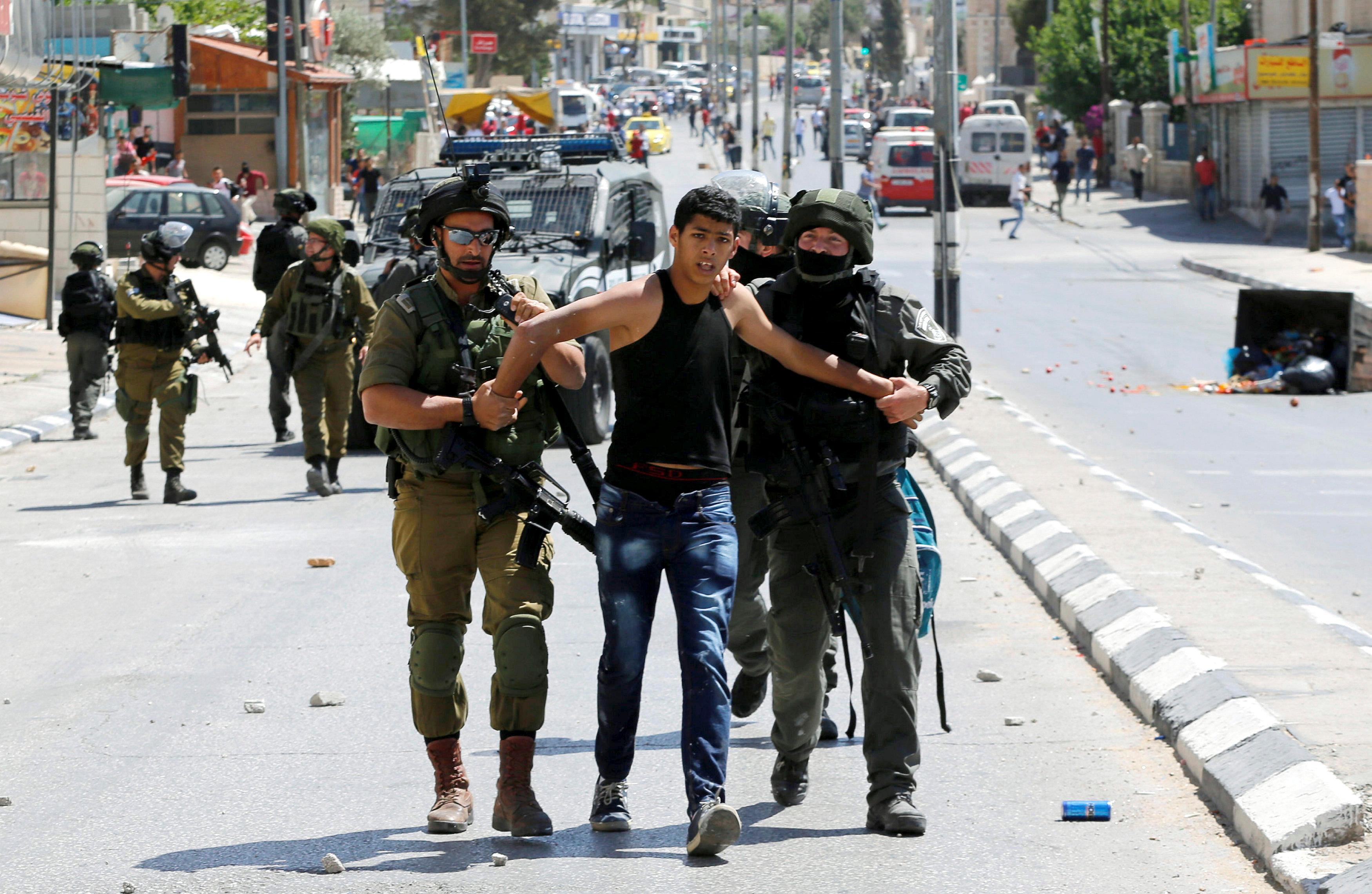 قوات الاحتلال تعتقل شابا فلسطينيا فى بيت لحم بالضفة الغربية