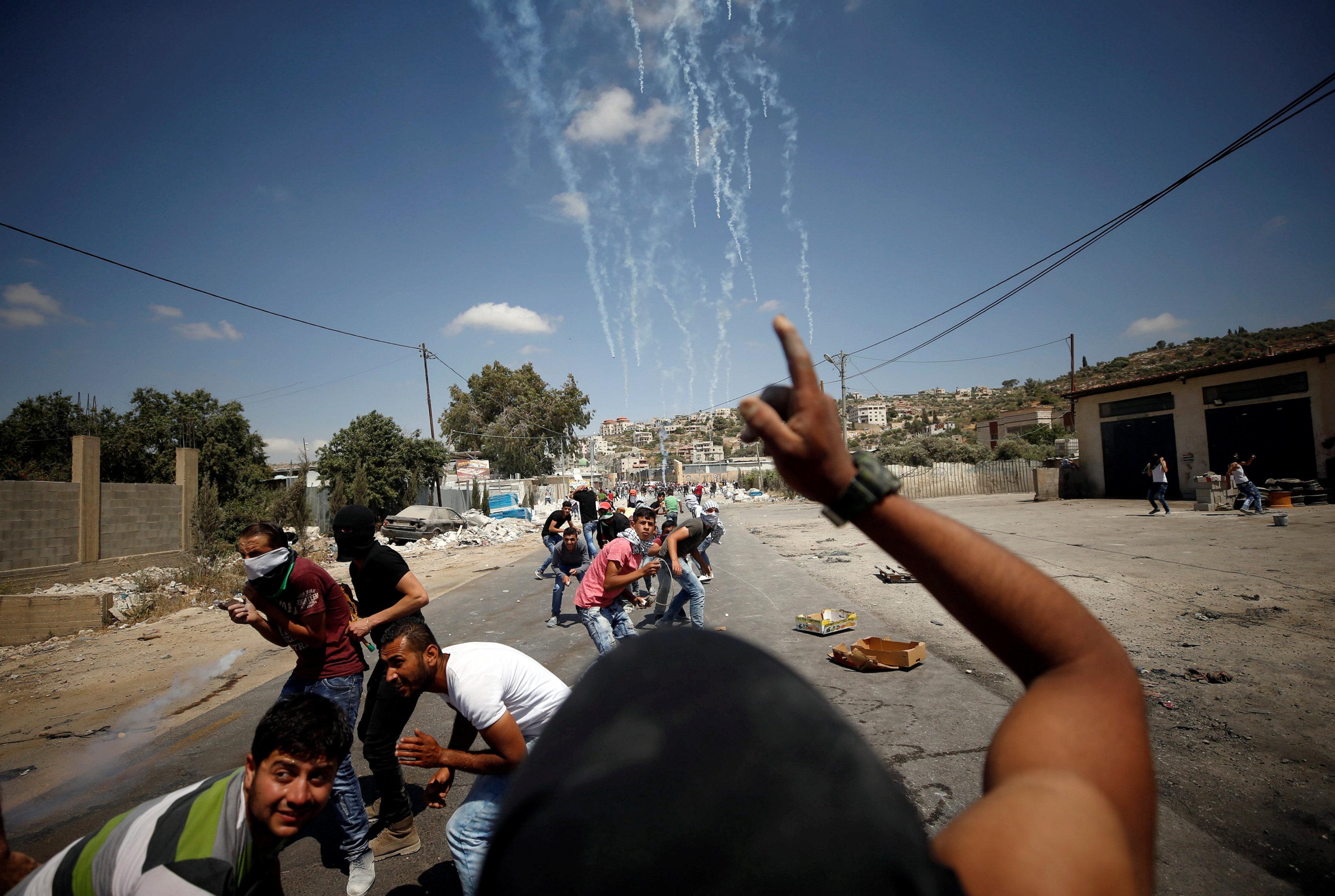 قوات الاحتلال تطلق الغاز المسيل للدموع على المتظاهرين