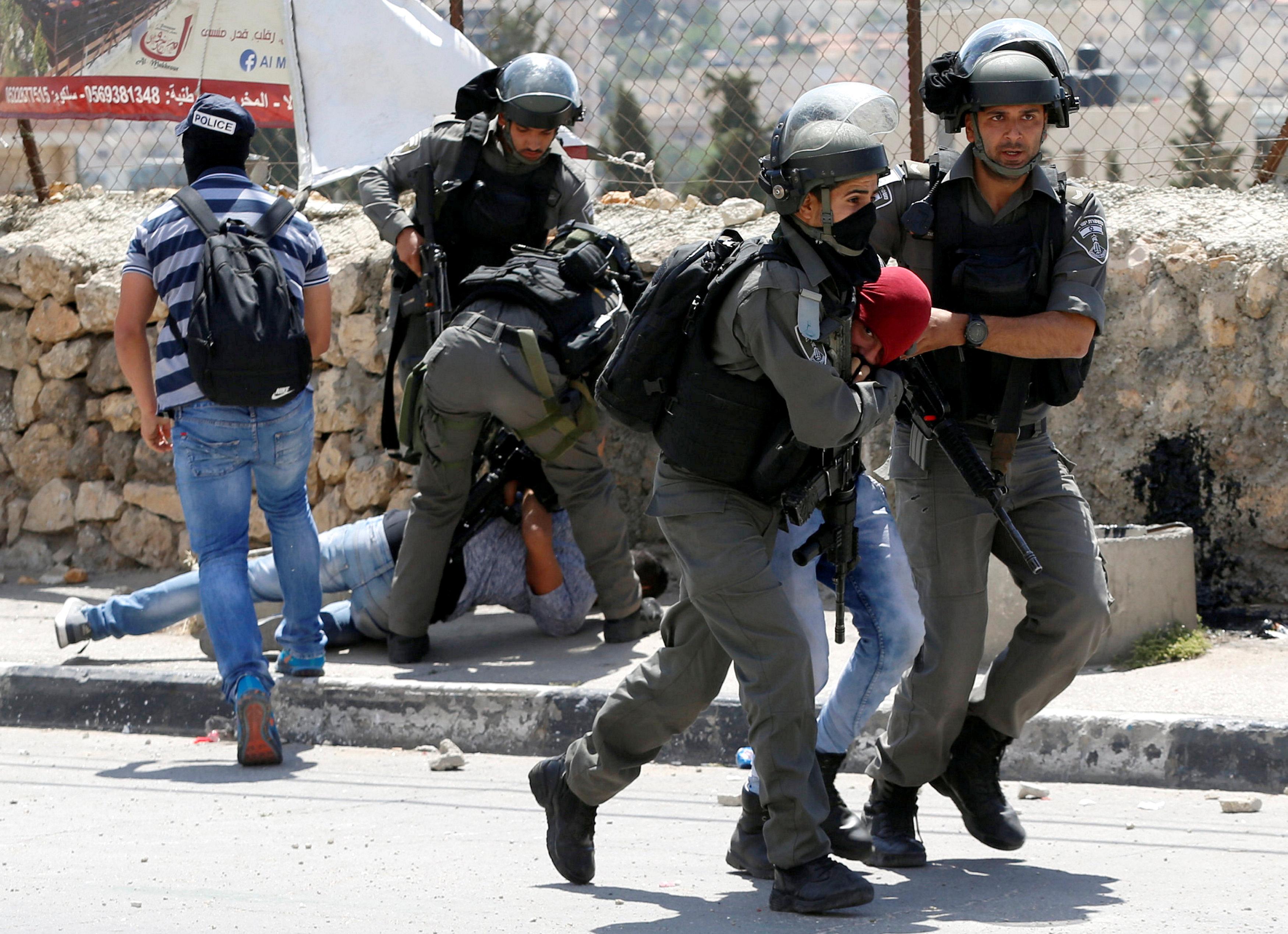 قوات الاحتلال تعتقل متظاهرين فلسطينيين
