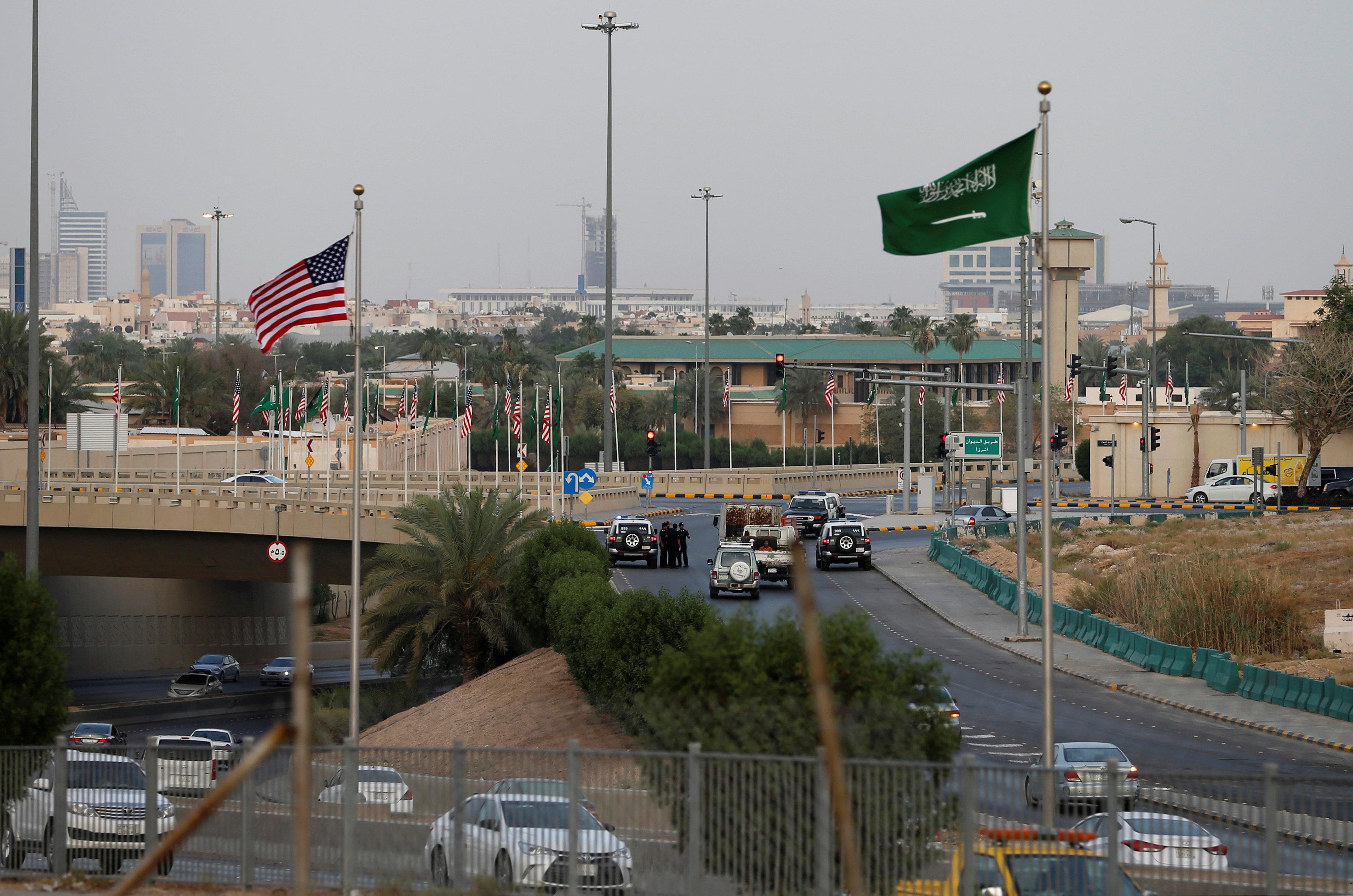 رفع الأعلام السعودية والأمريكية