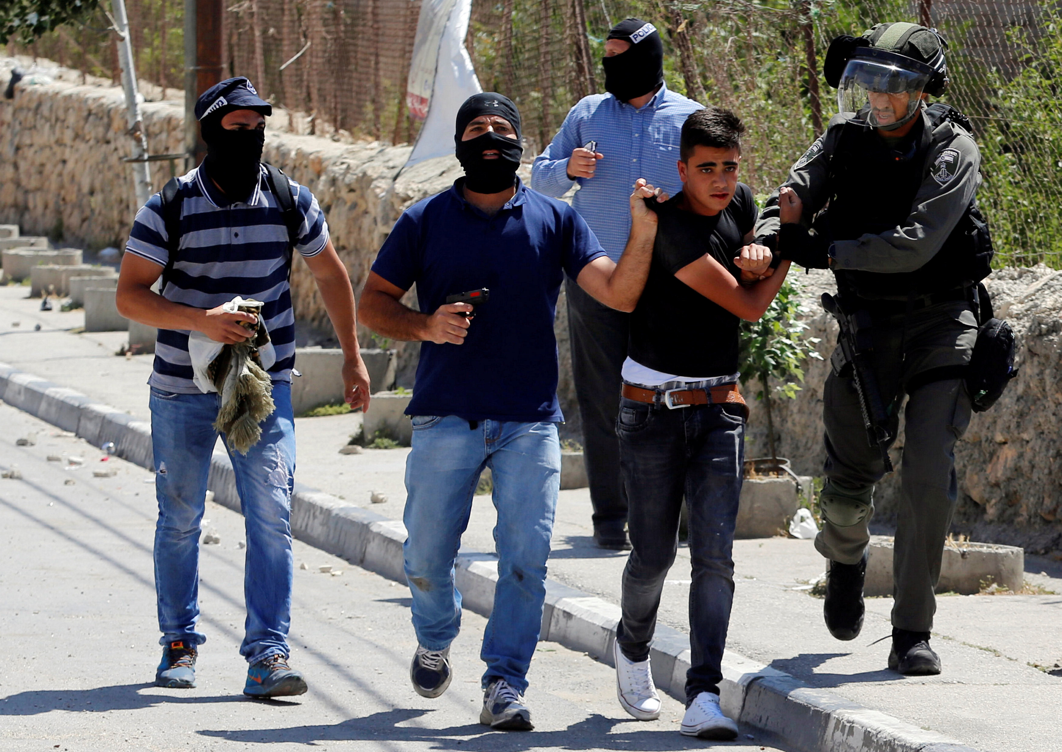 قوات الاحتلال تعتقل فلسطينيا فى بيت لحم