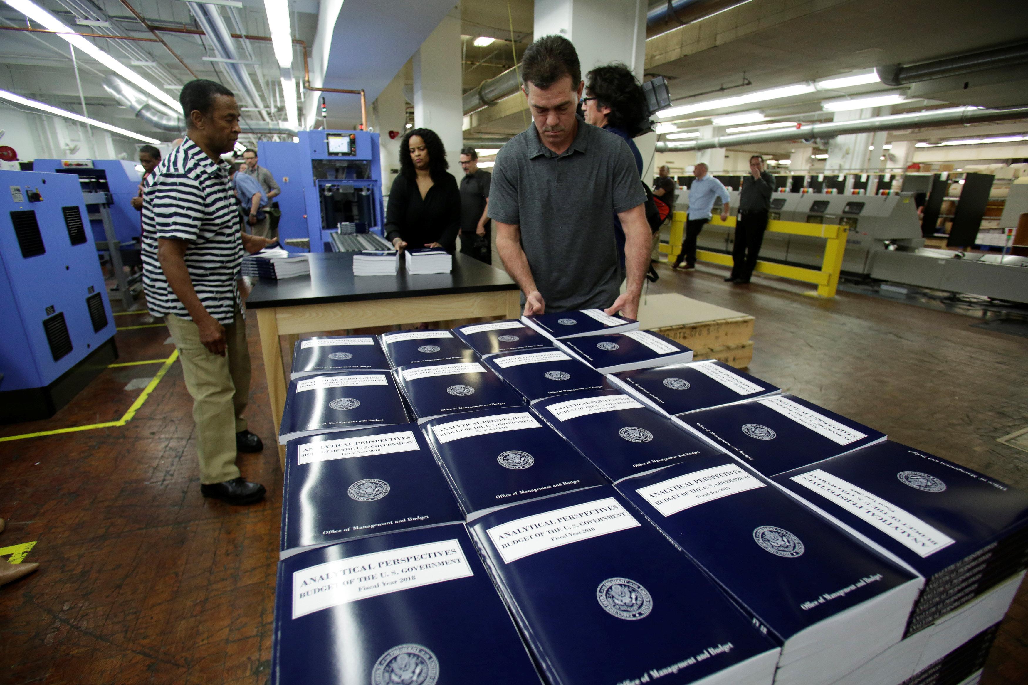 موظفو دار النشر الحكومية أثناء طباعة الكتاب