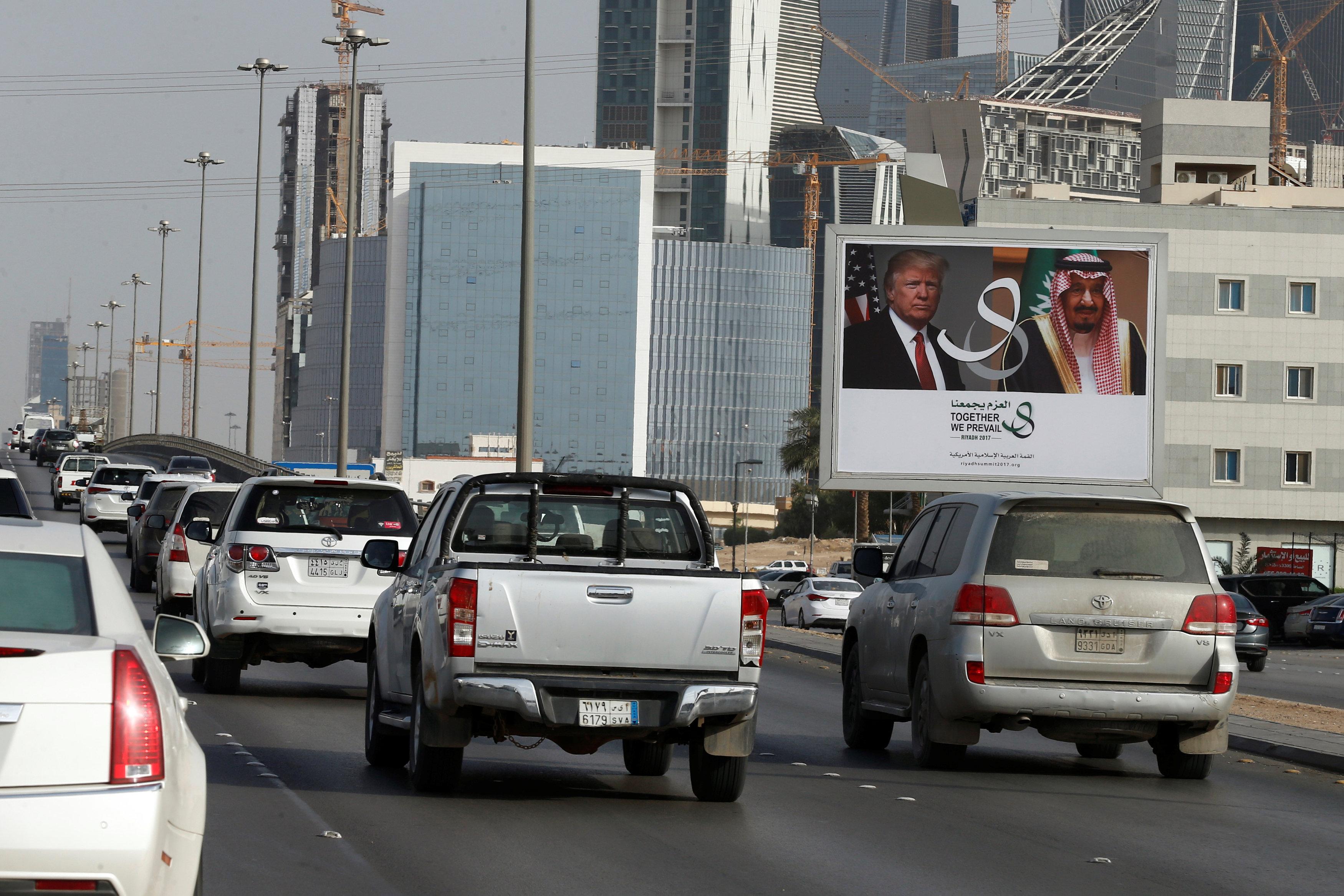 لافتات العاهل السعودى والرئيس الأمريكى فى شوارع مكة