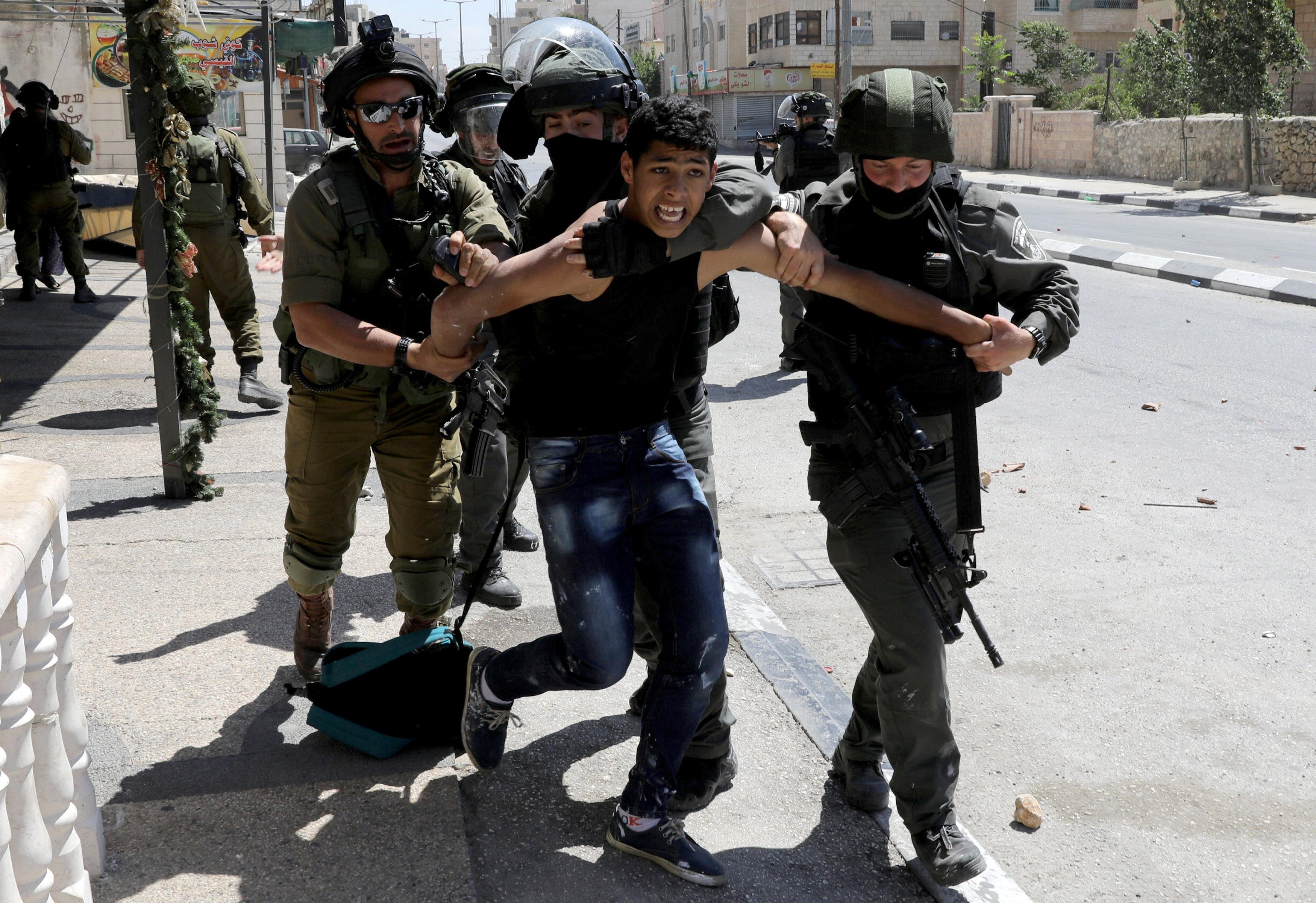 متظاهر فلسطينى يقاوم قوات الاحتلال فور اعتقاله