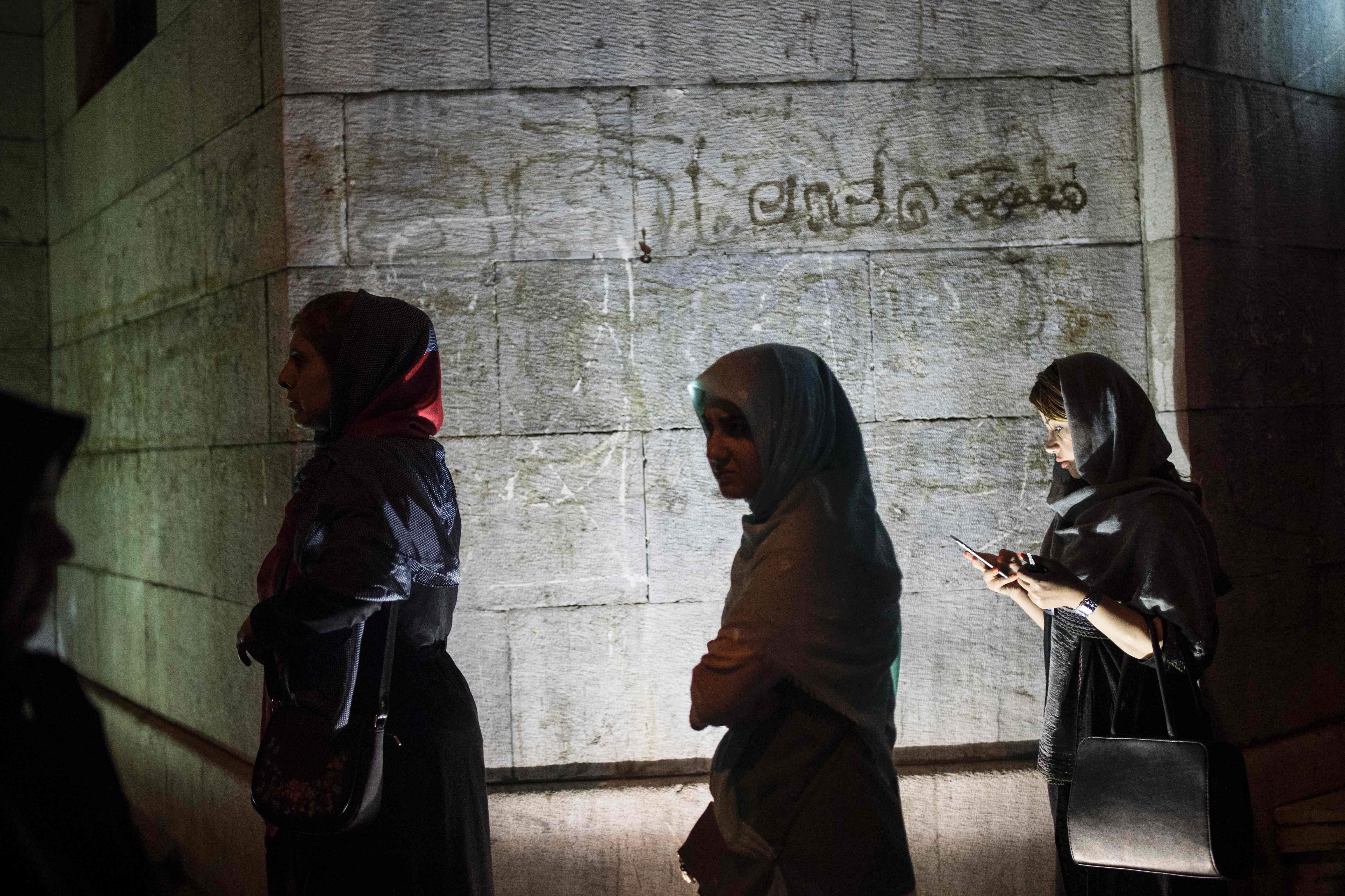 فتياة مشاركة في الانتخابات