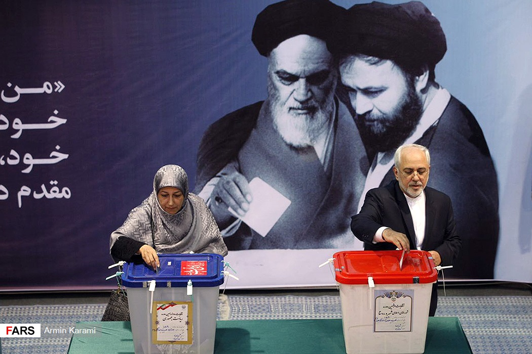 وزير خارجية إيران يدلى يصوته بصحبة زوجته