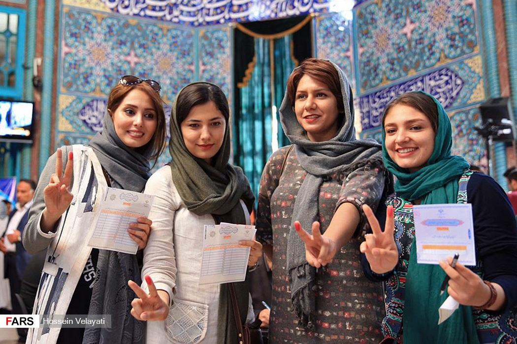 ايرانيان يدلين بأصواتهن