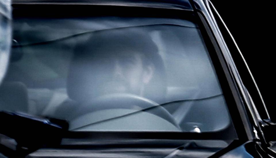 بيكيه داخل سيارته