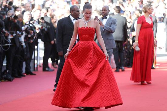 بيلا حديد ساحرة على السجادة الحمراء بمهرجان كان