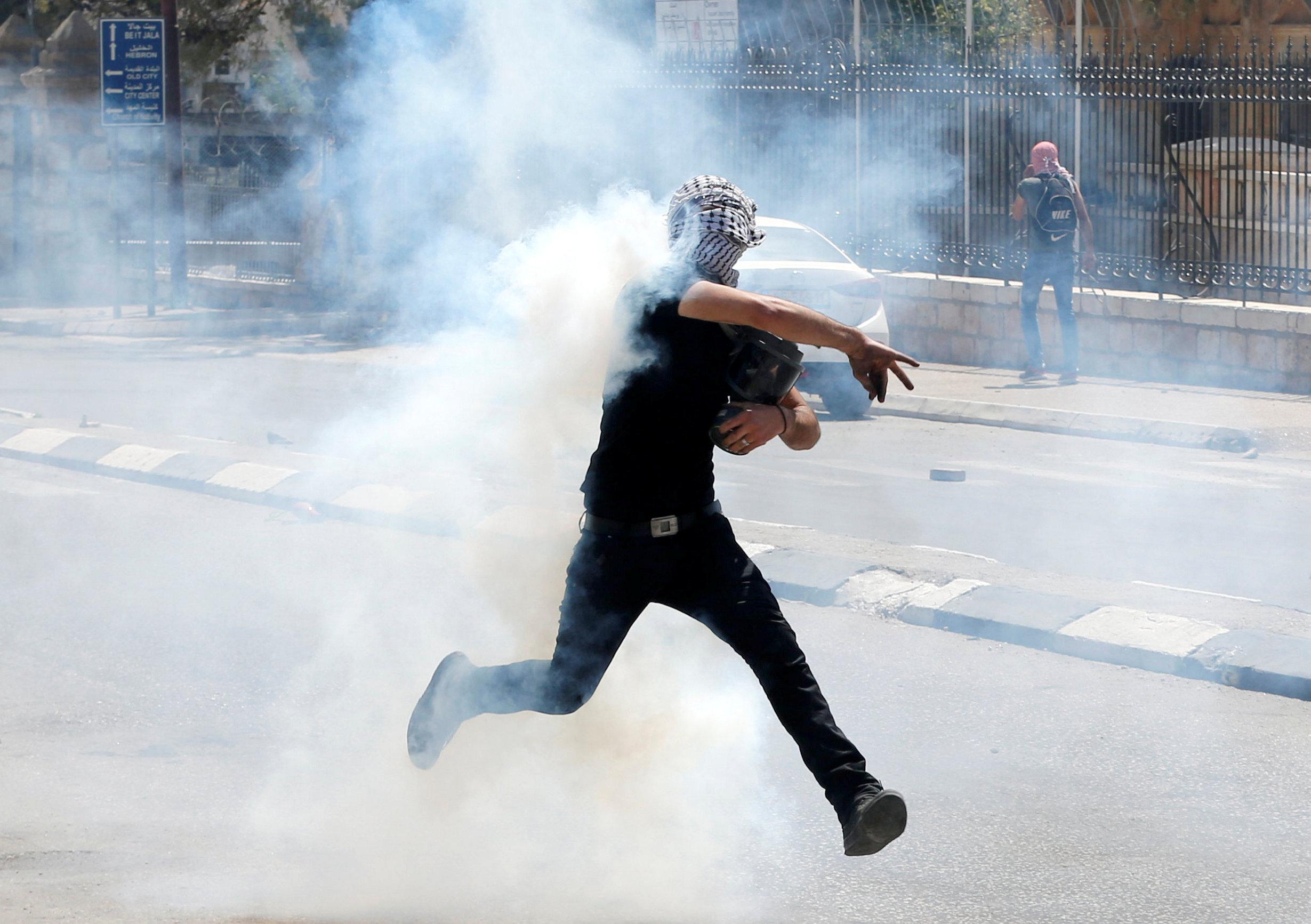 الغاز المسيل للدموع يحيط بمتظاهر فلسطينى