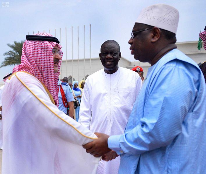 الرئيس السنغالى يصافح محافظ جدة فور وصوله السعودية