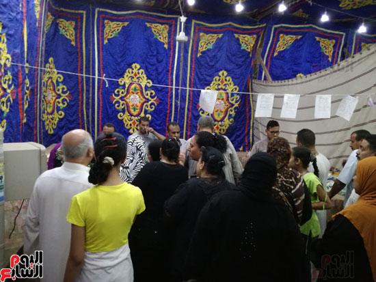 إقبال المواطنين على السلع بالمعرض