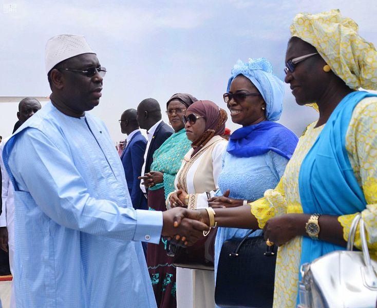 الرئيس السنغالى يصافح مسئولى بلاده فى السعودية