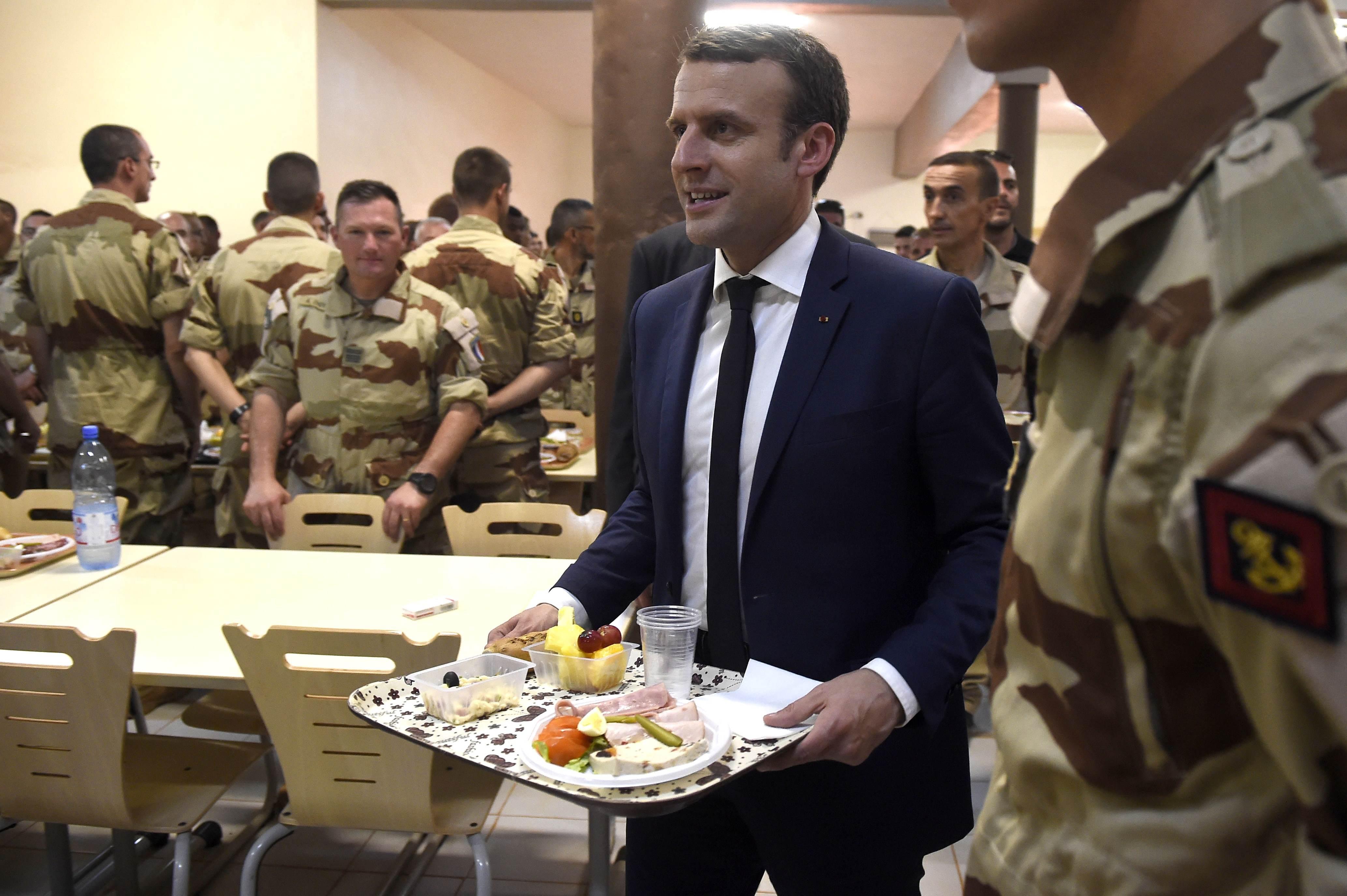 الرئيس الفرنسى يأخذ طعامه