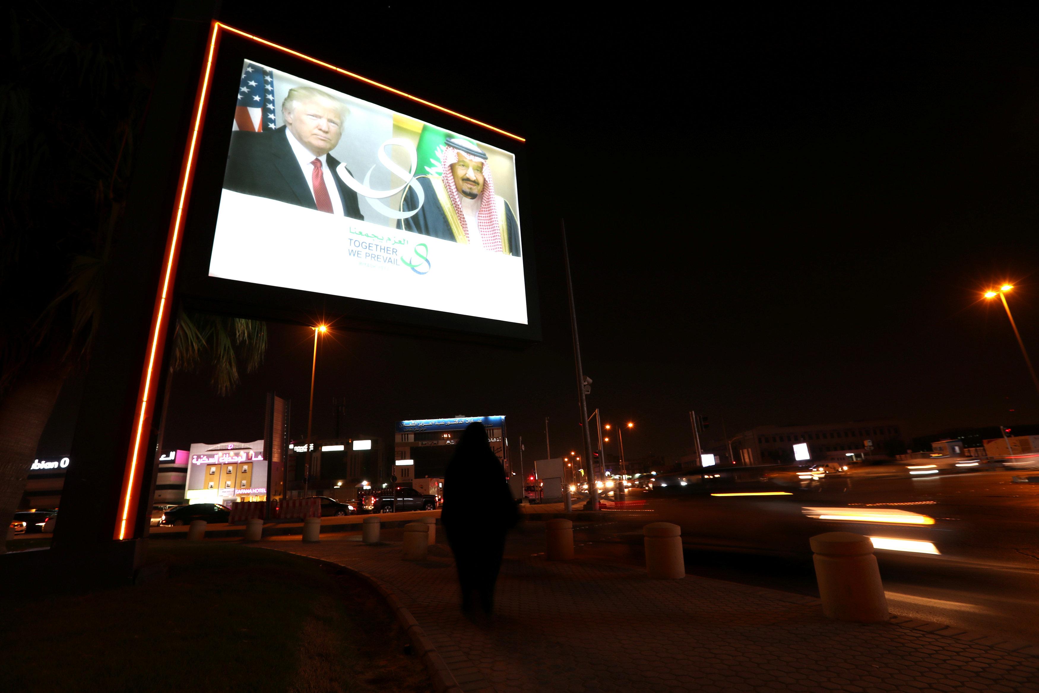 لافتة ضوئية تحمل صور الرئيس الأمريكى والعاهل السعودى