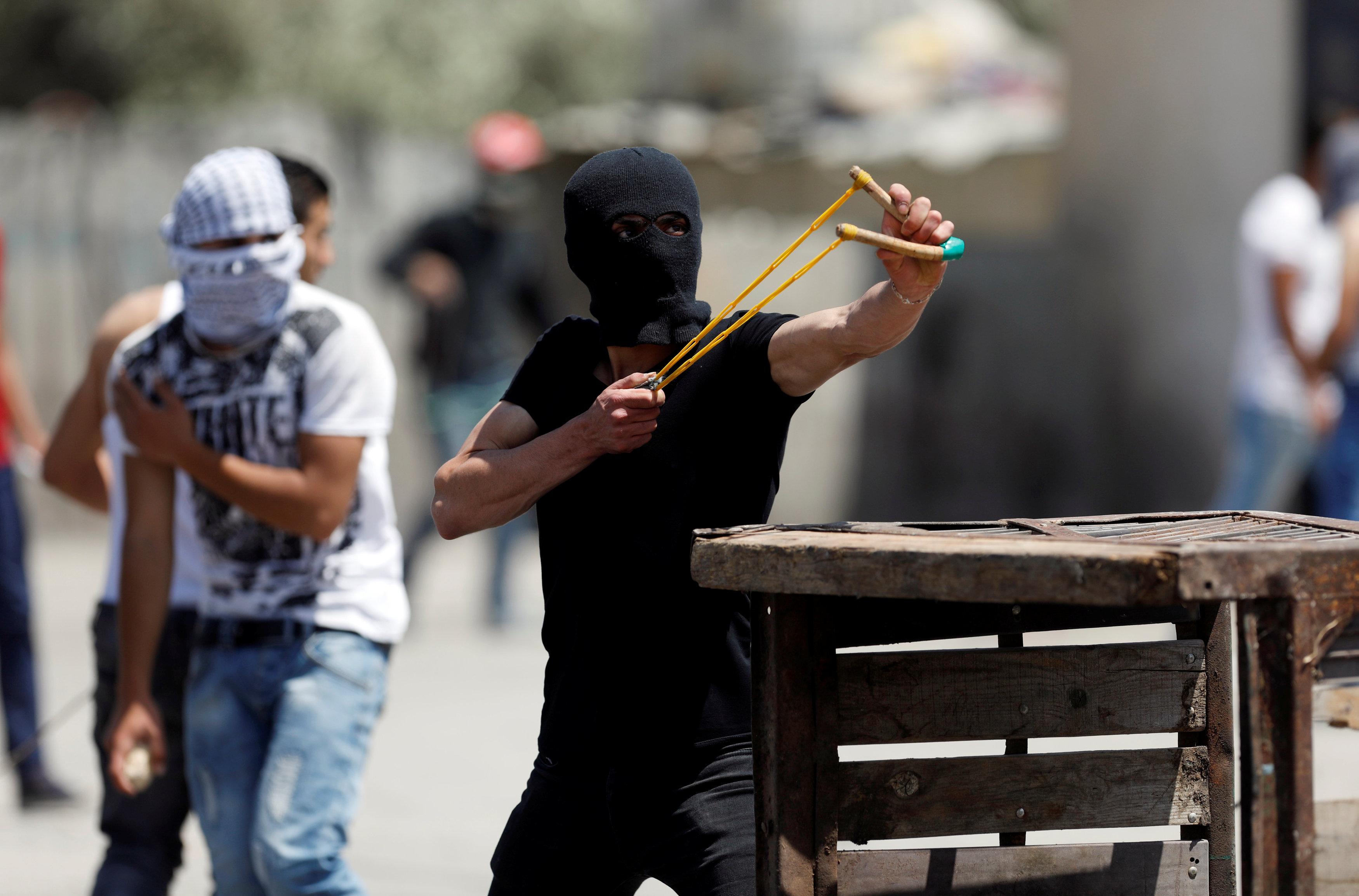 فلسطينيون يلقون الحجارة بالنبال على قوات الاحتلال