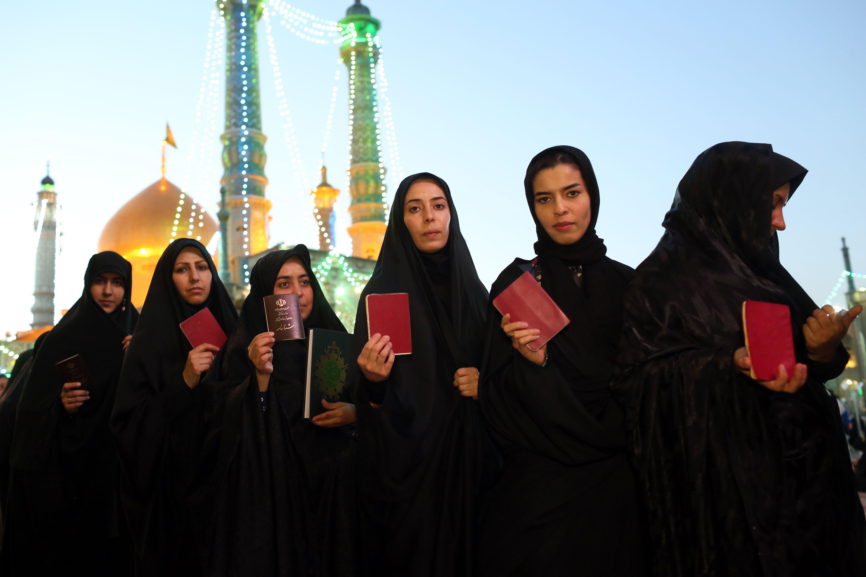 نساء يحملن بطاقات انتخابية