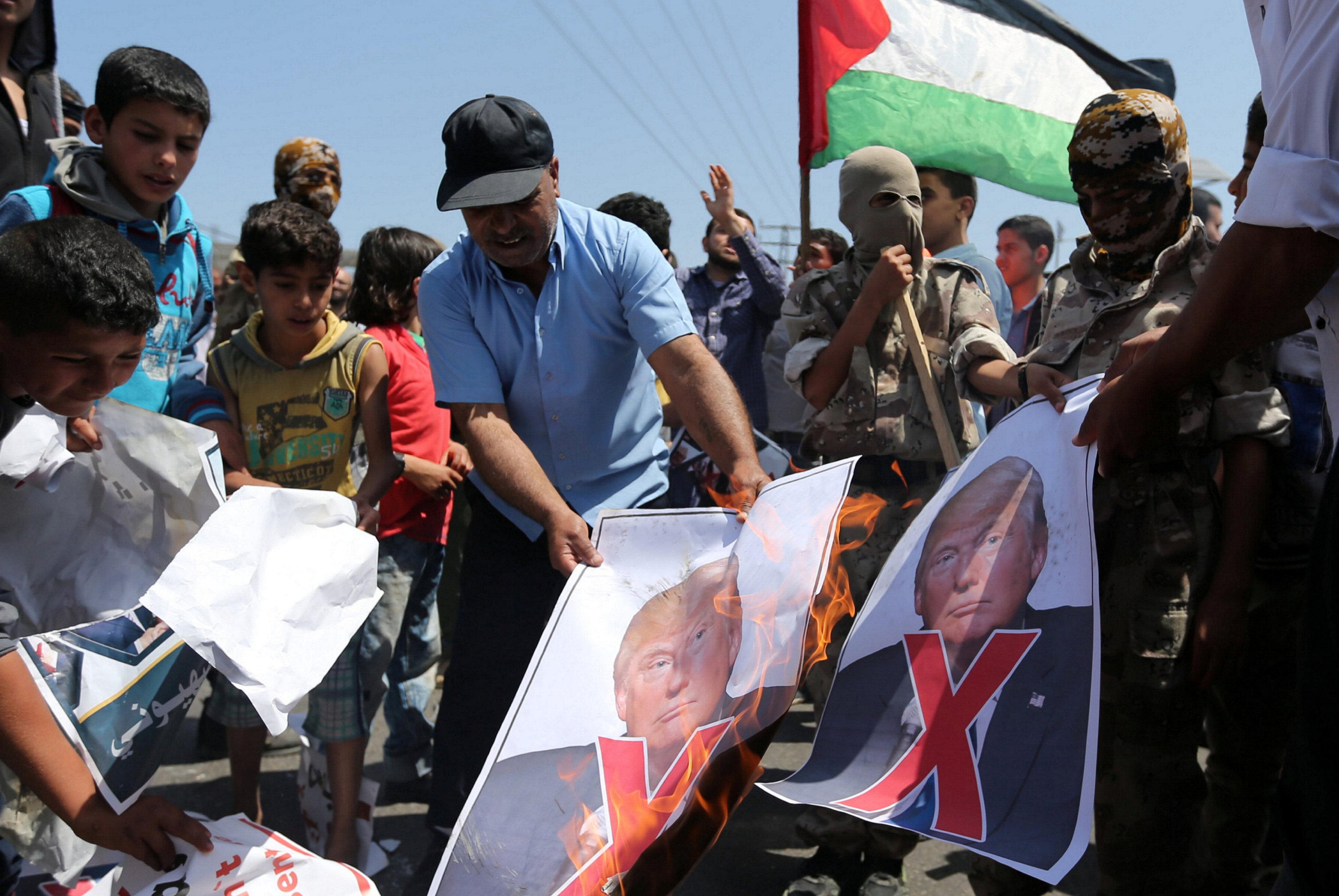 حرق صورة ترامب في غزة
