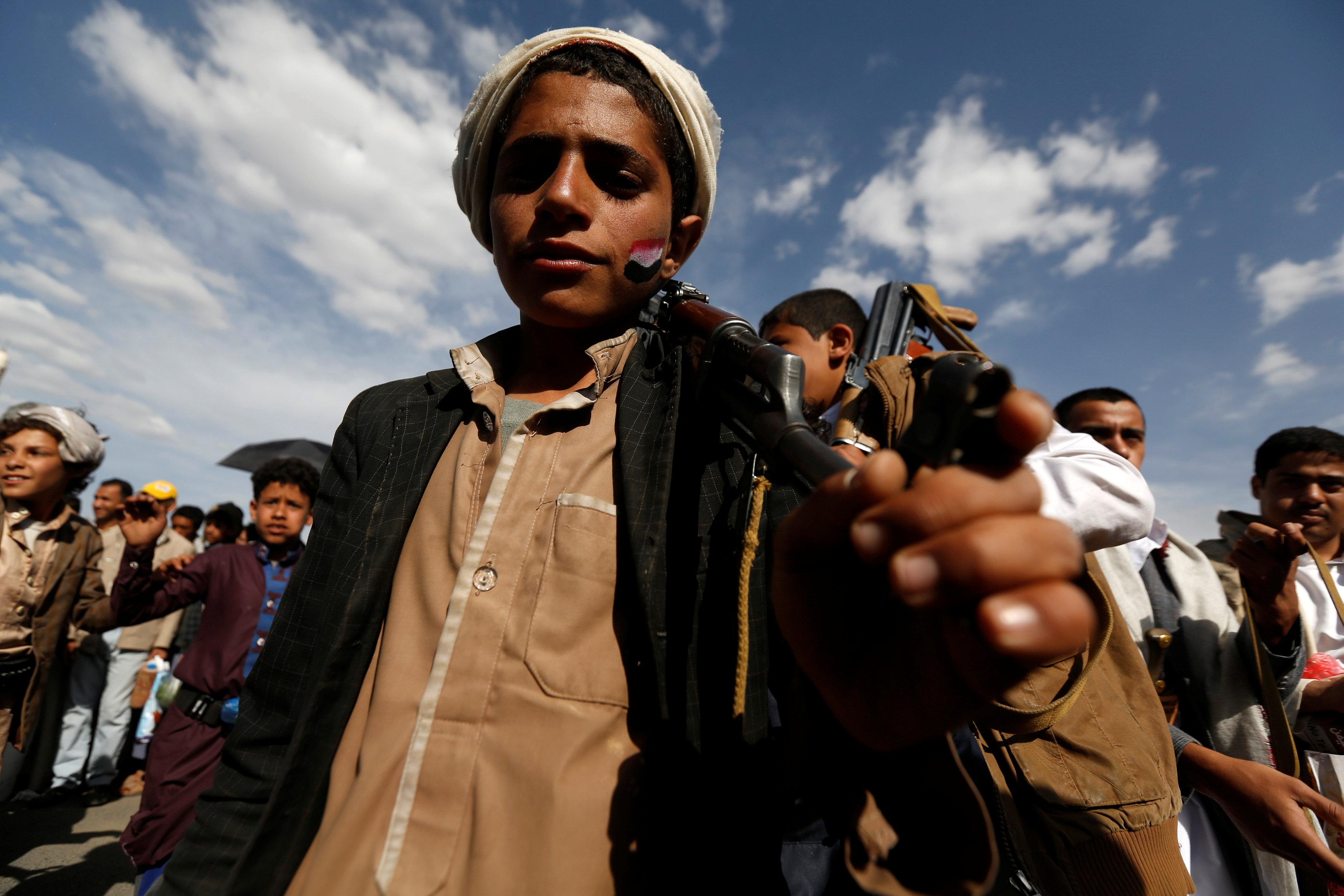 طفل حوثى يحمل السلاح