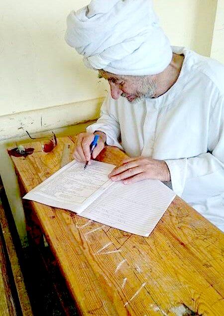 عم محمد بدران أثناء أداء امتحان الشهادة الإعدادية