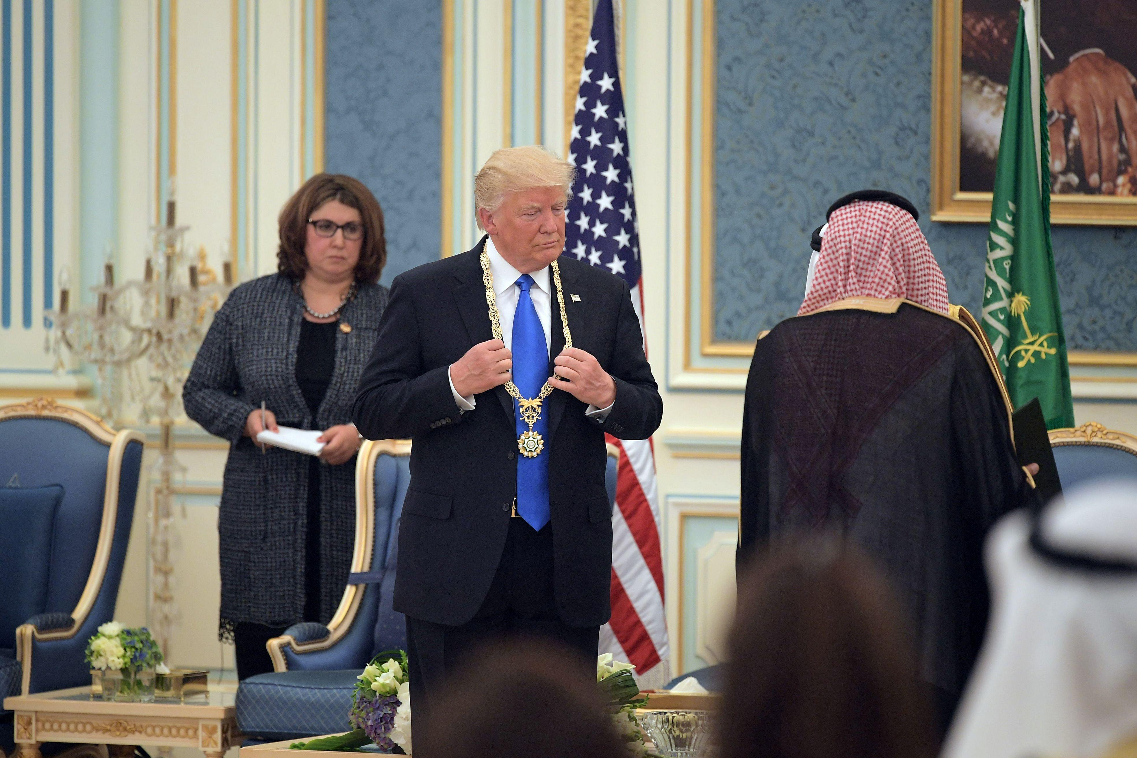 الملك سلمان يمنح ترامب قلادة الملك عبد العزيز