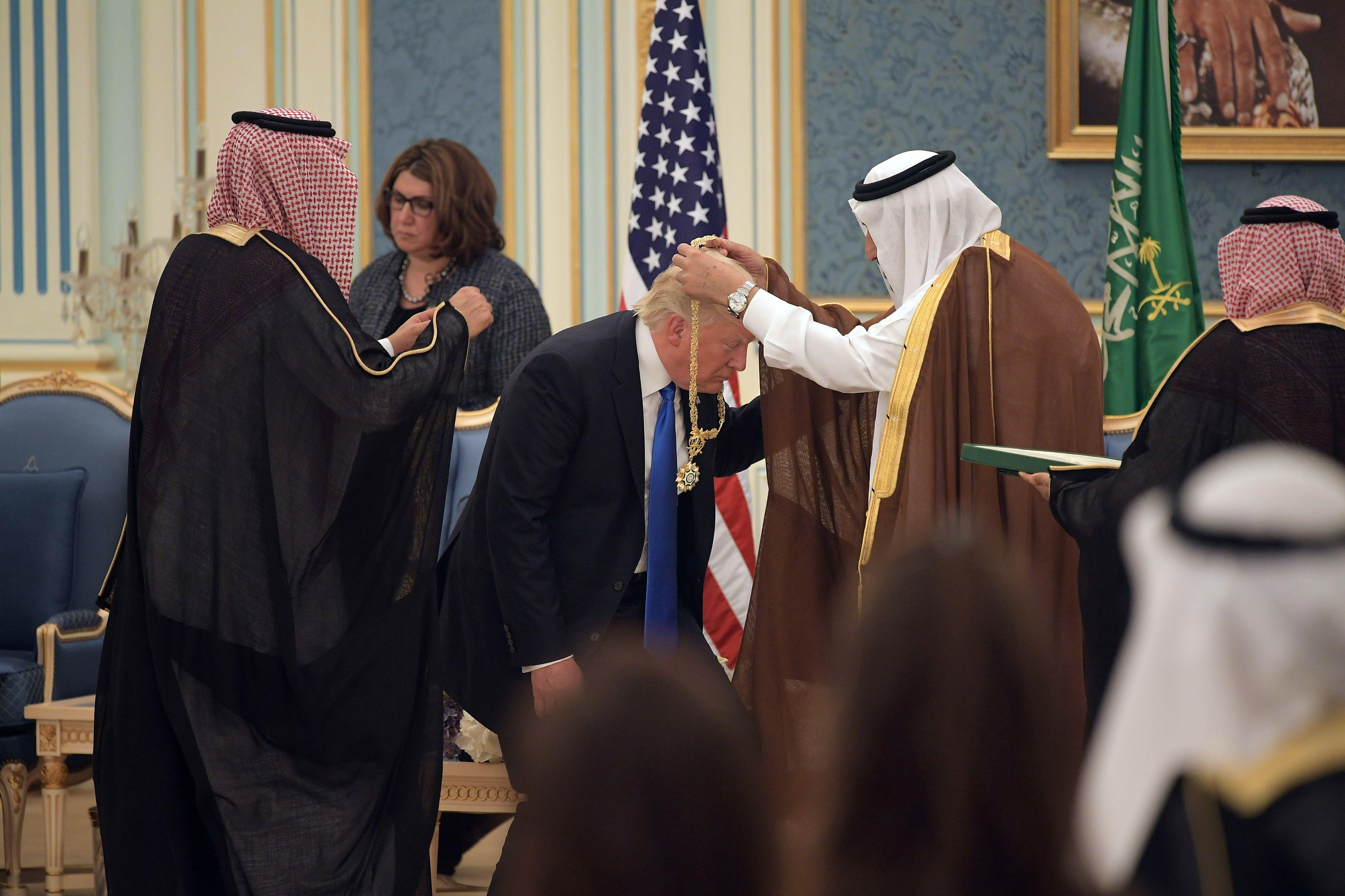 الملك سلمان يهدى ترامب قلادة الملك عبد العزيز