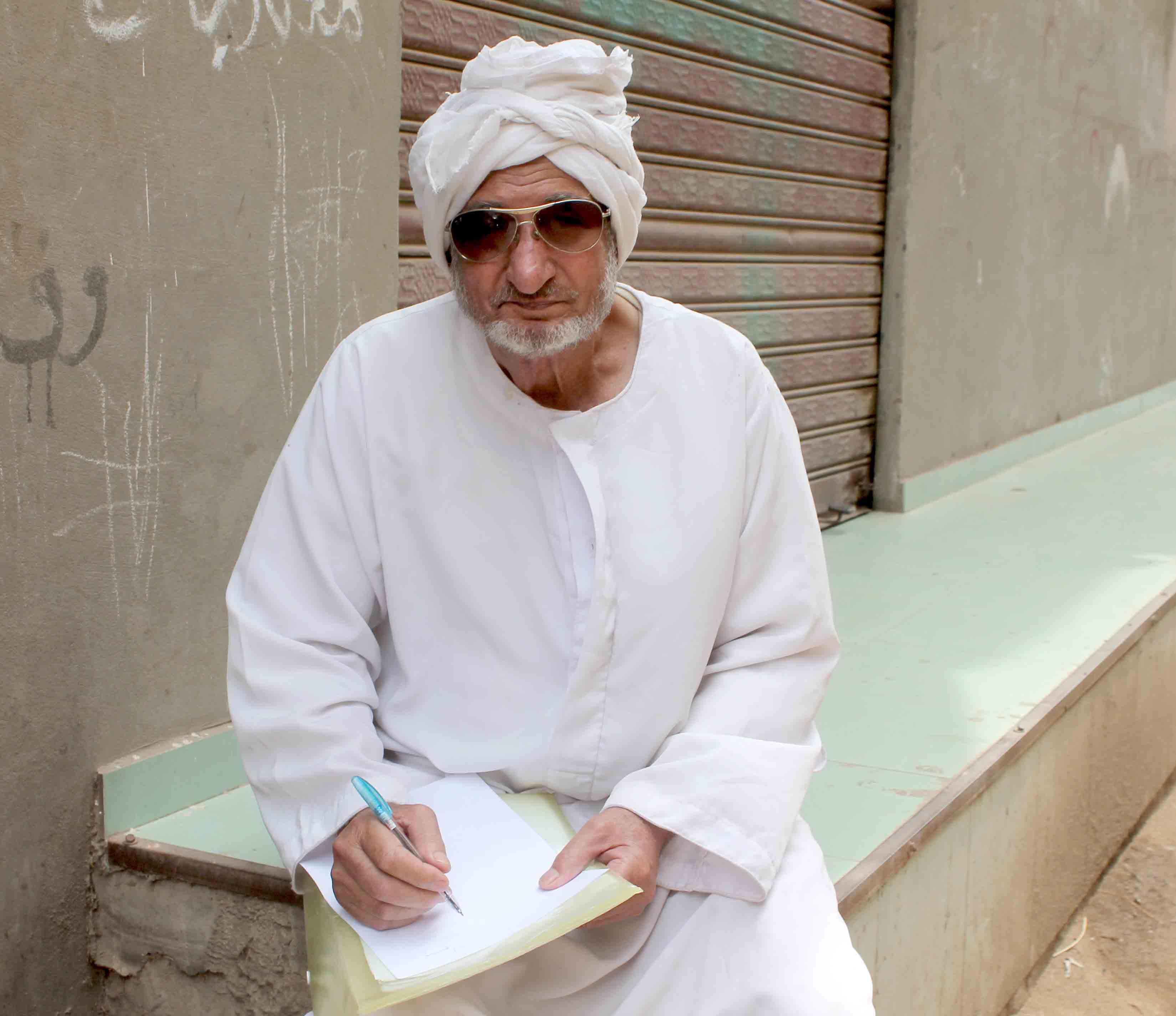 عم محمد أثناء المذاكرة