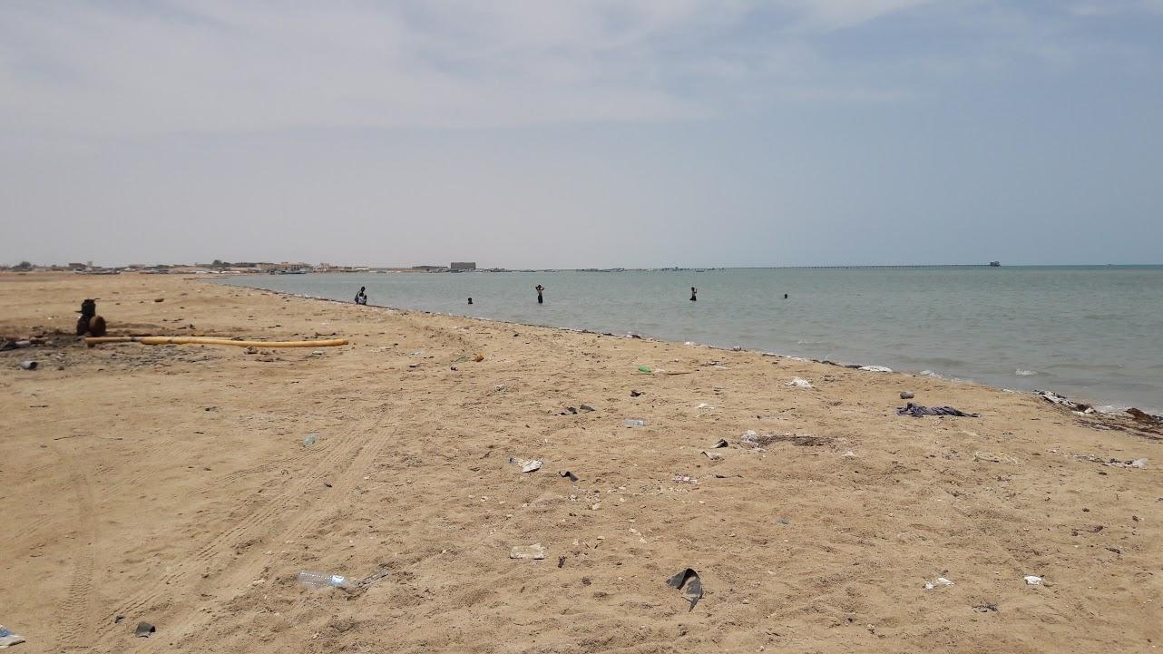 أطفال يستمتعون بالسباحة على شواطئ الشلاتين