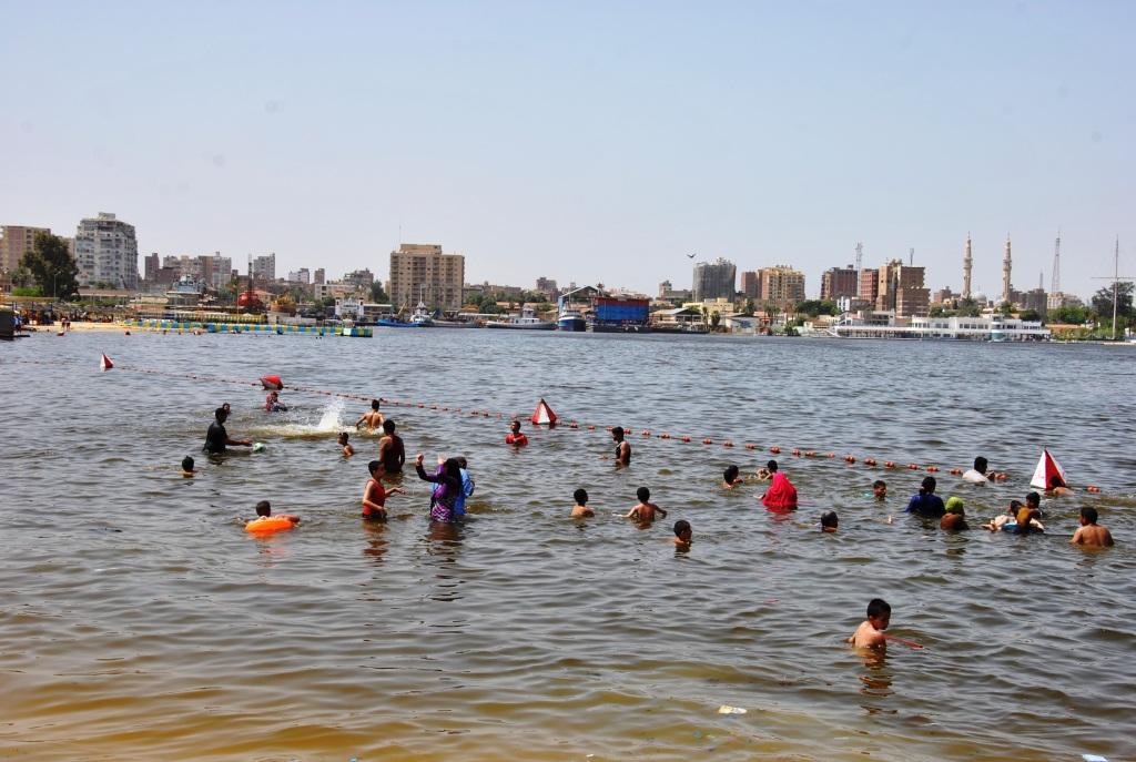مجموعة من المواطنين فى مياه القناة