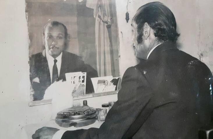 الفنان محمد شوقي في غرفته اثناء التجهيز لمشهد