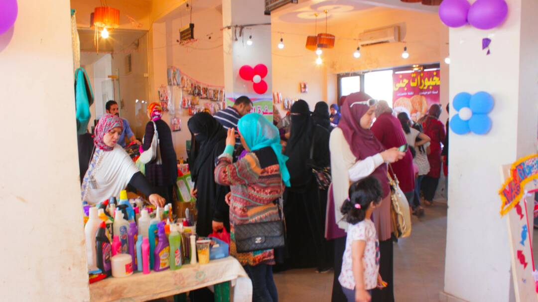 توافد المواطنين على معرض الفتيات
