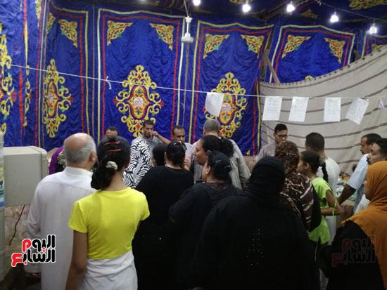 2--إقبال-المواطنين-علي-السلع-بالمعرض