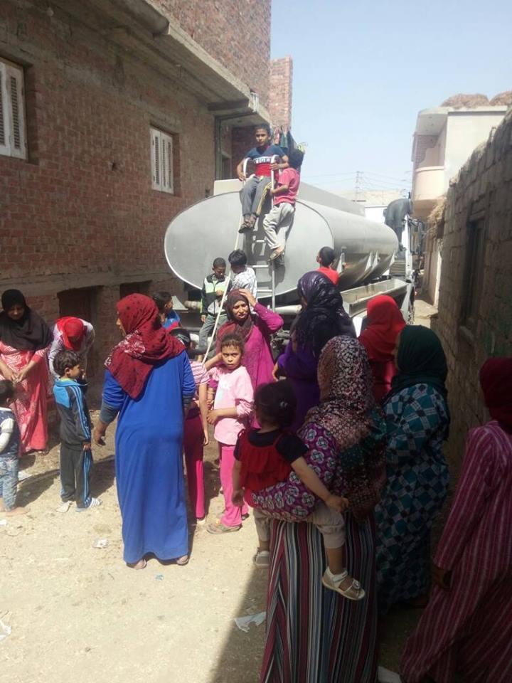أهالى عزبة غازى بأولاد صقر يشترون مياه الشرب
