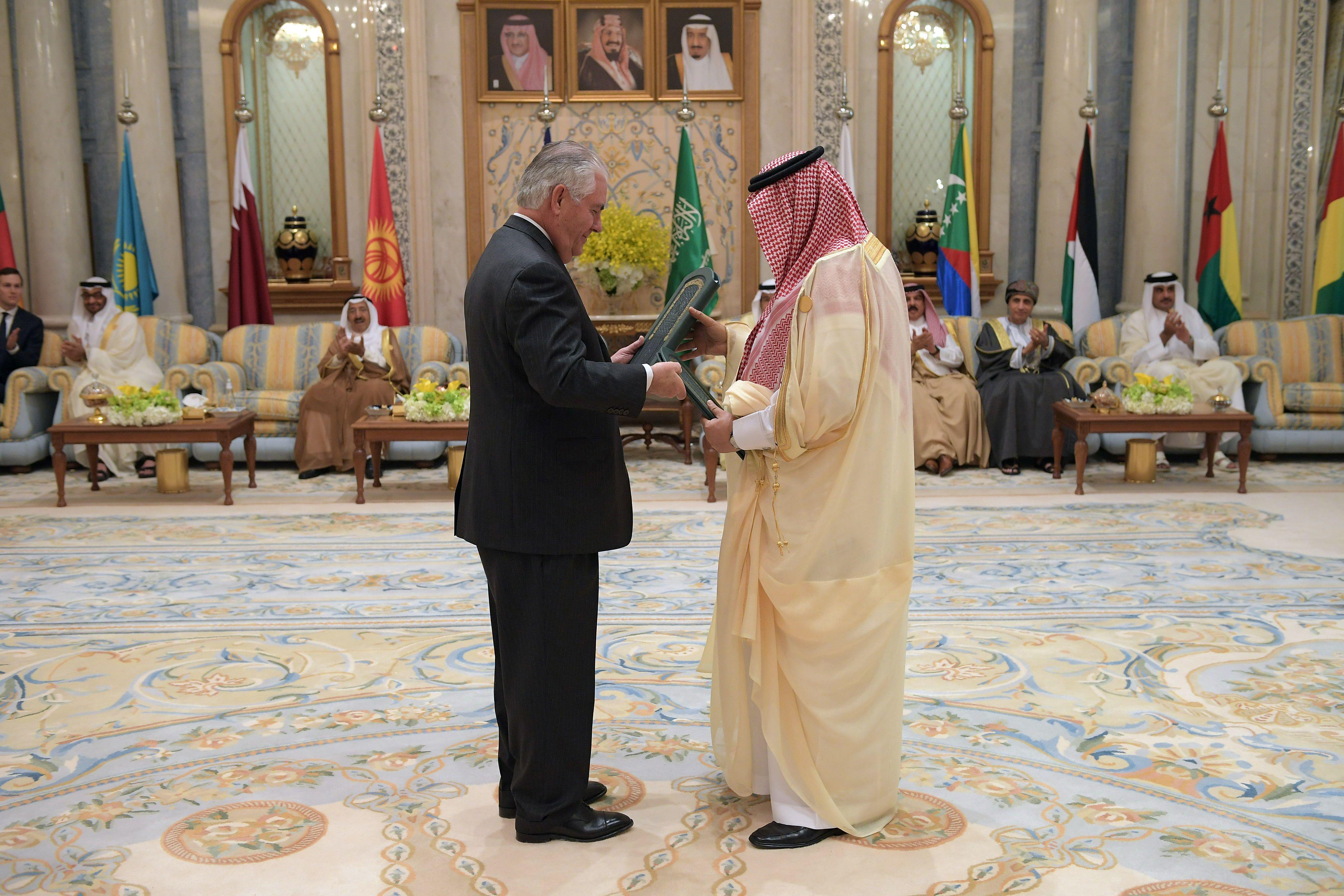 تلسم مذكرات التفاهم بين الأمير محمد بن نايف وتيلرسون