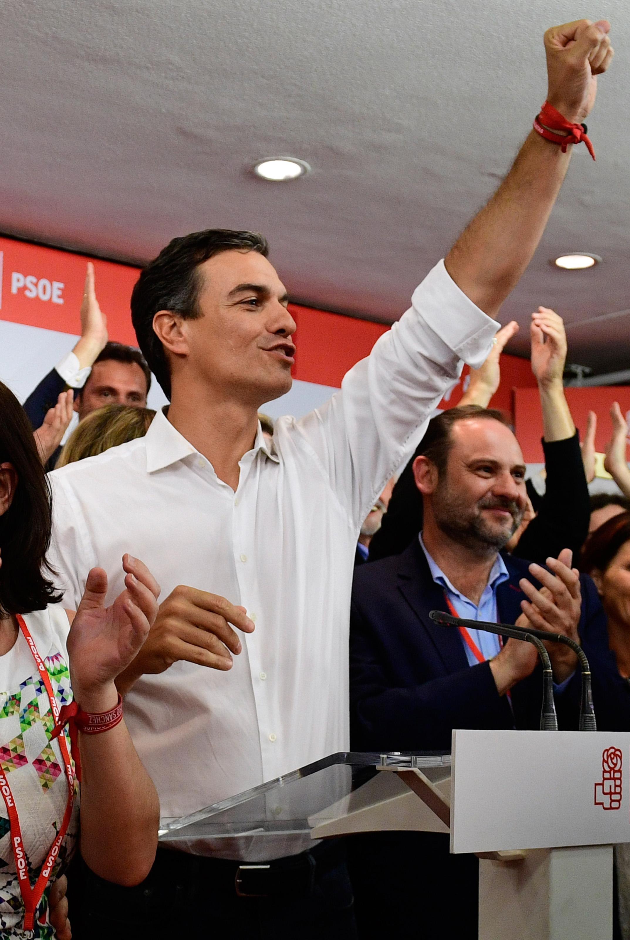 فرحة فوز بيدرو سانشيز بالحزب الاشتراكى الاسبانى