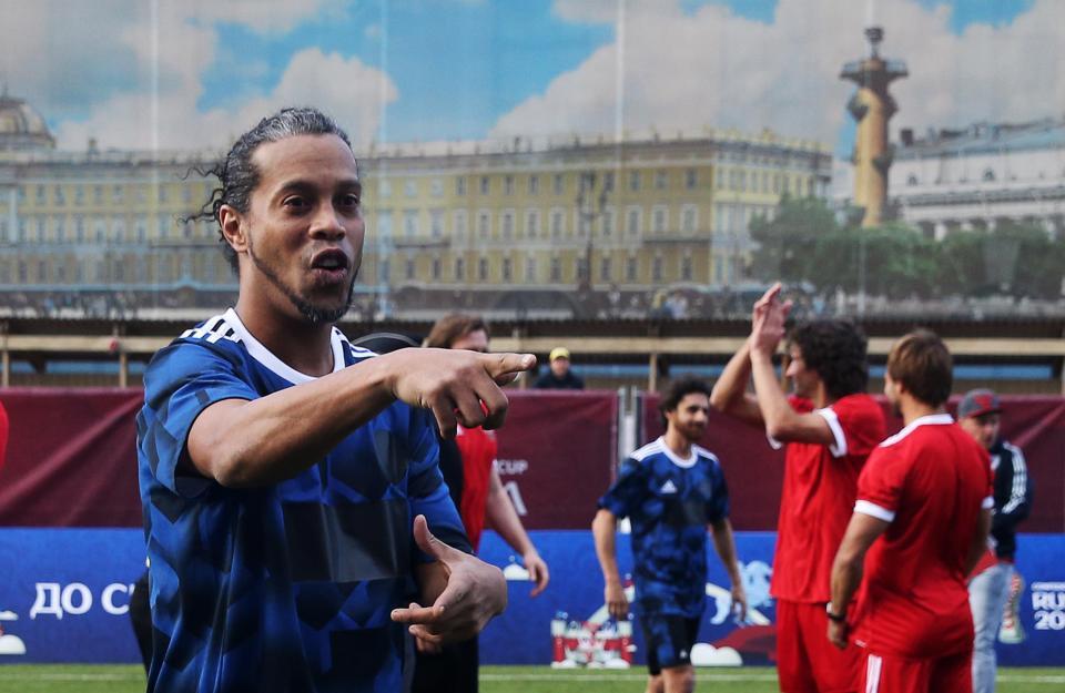 رونالدينيو يحتفل بأحد أهداف الثلاثة