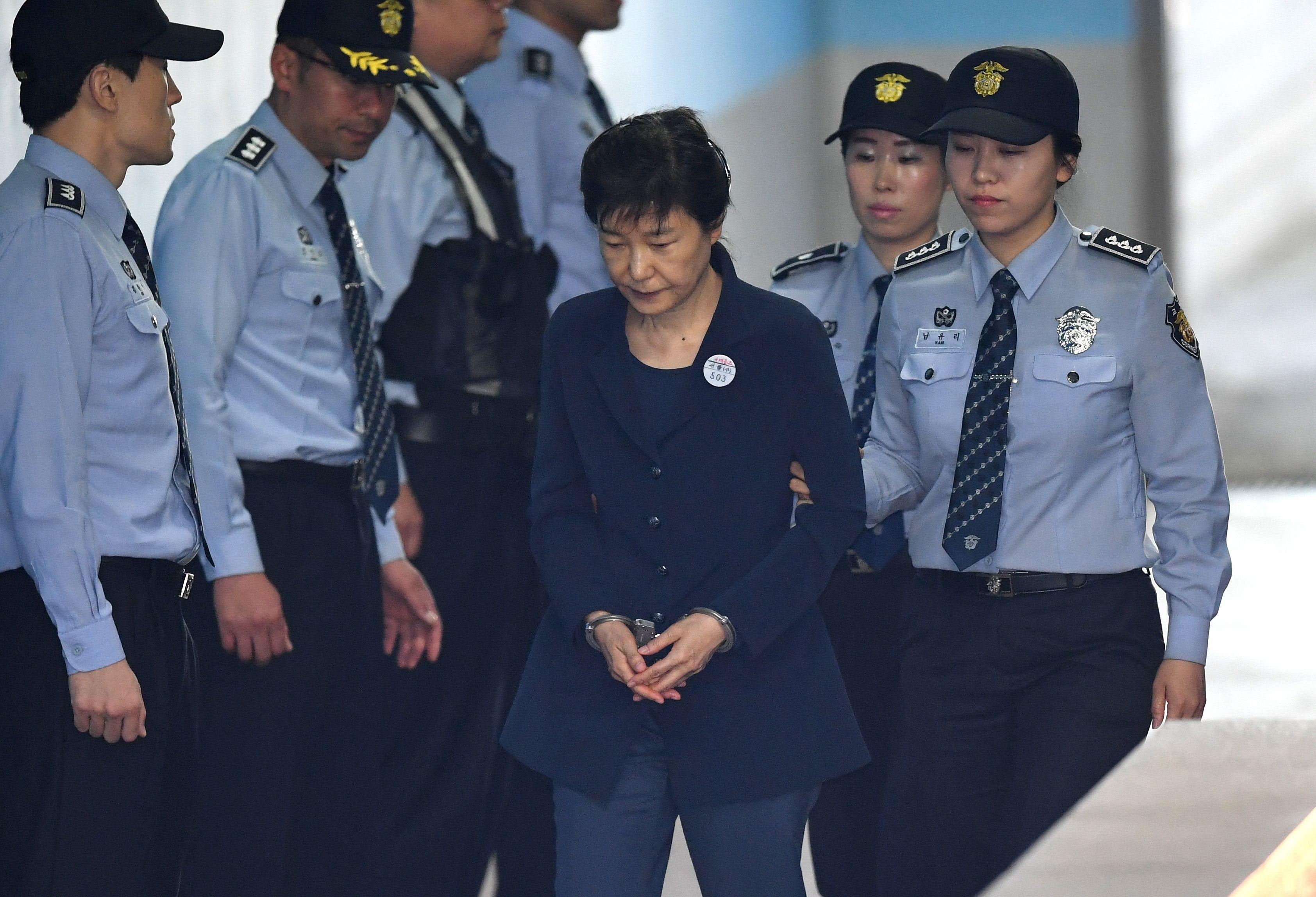 رئيسة كوريا الجنوبية السابقة بـالكلابشات خلال مثولها بجلسات المحكمة
