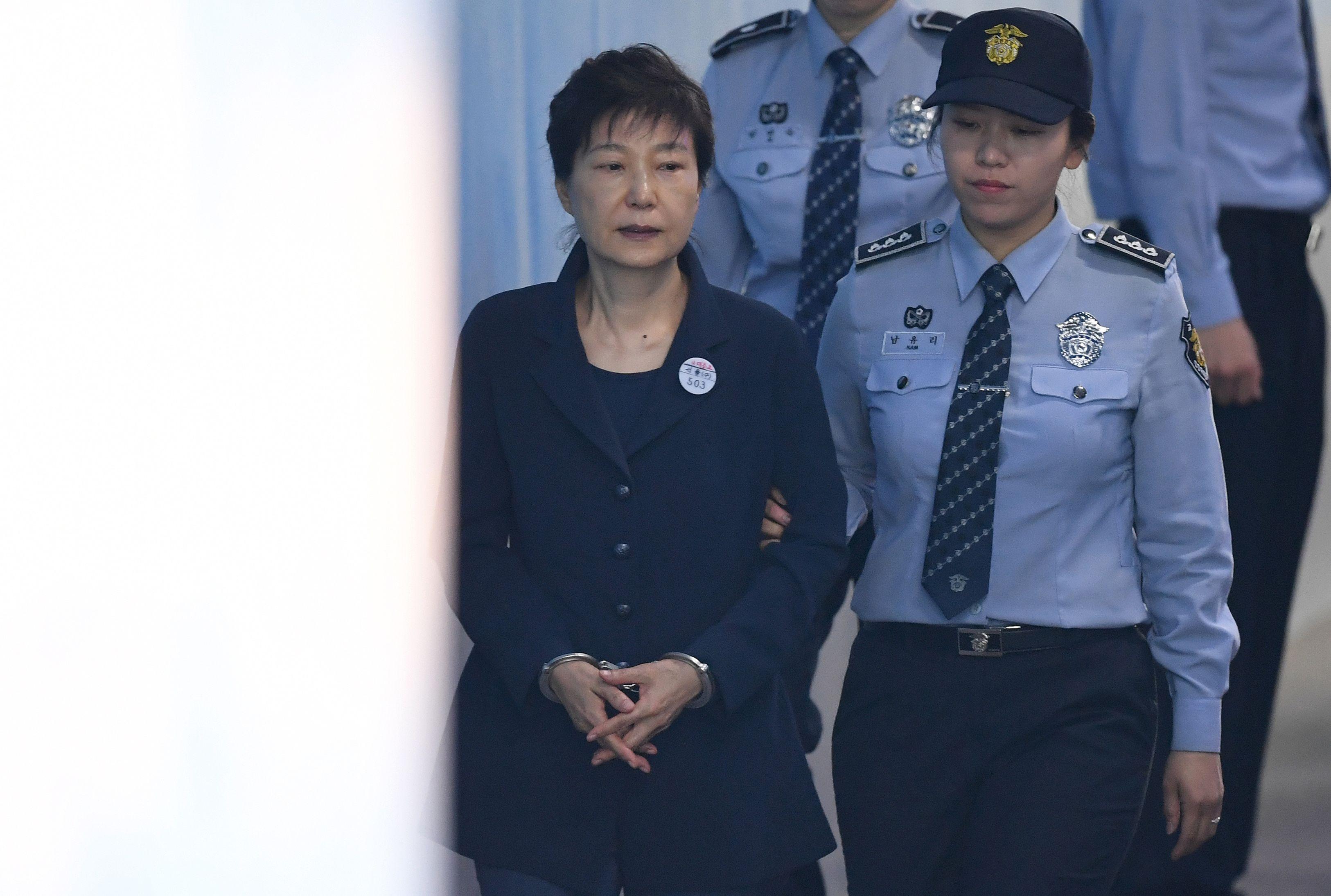 لحظة دخول رئيسة كوريا الجنوبية السابقة بـالكلابشات إلى قاعة المحكمة