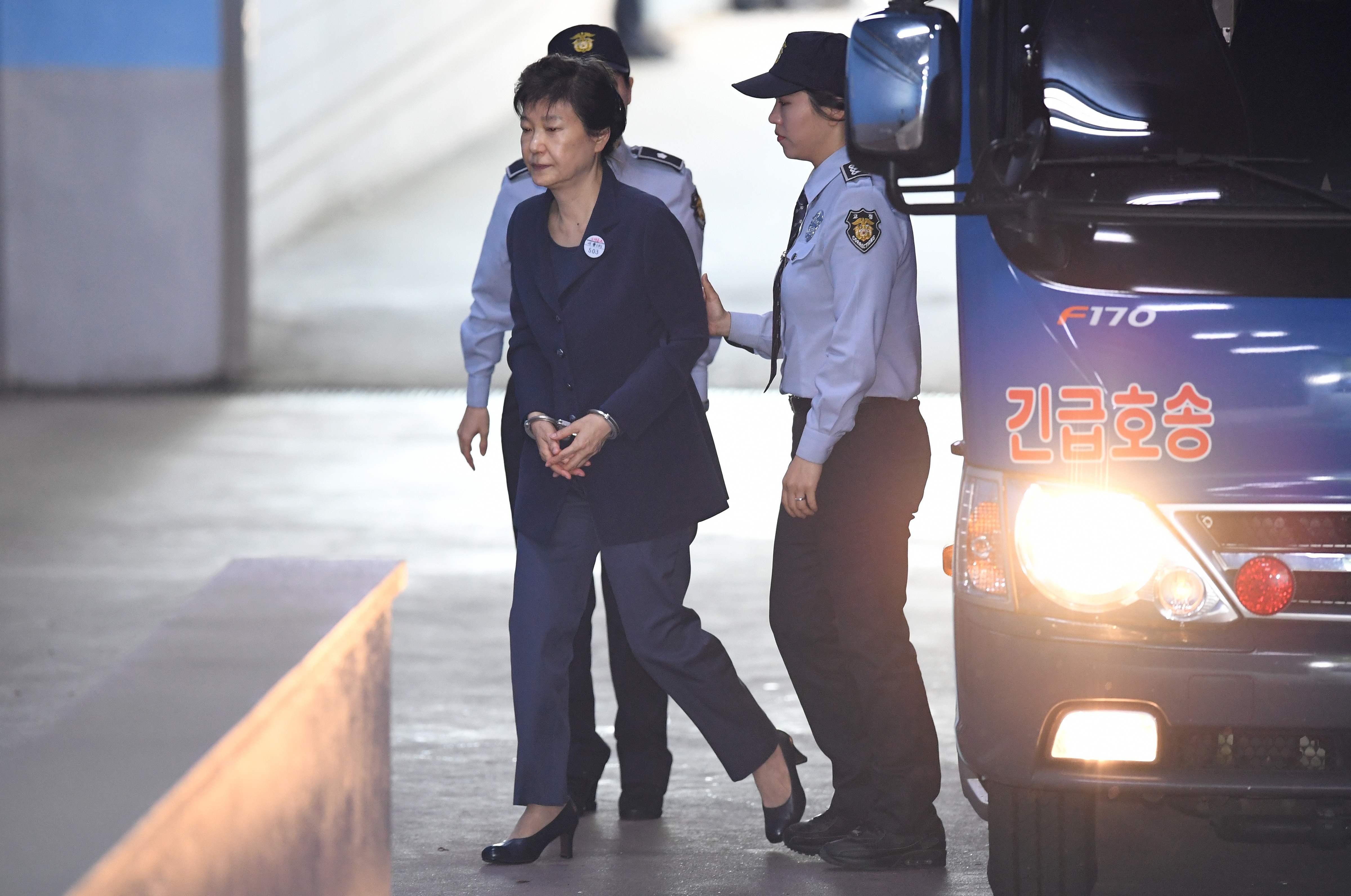 دخول رئيسة كوريا الجنوبية السابقة بـالكلابشات إلى قاعة المحكمة